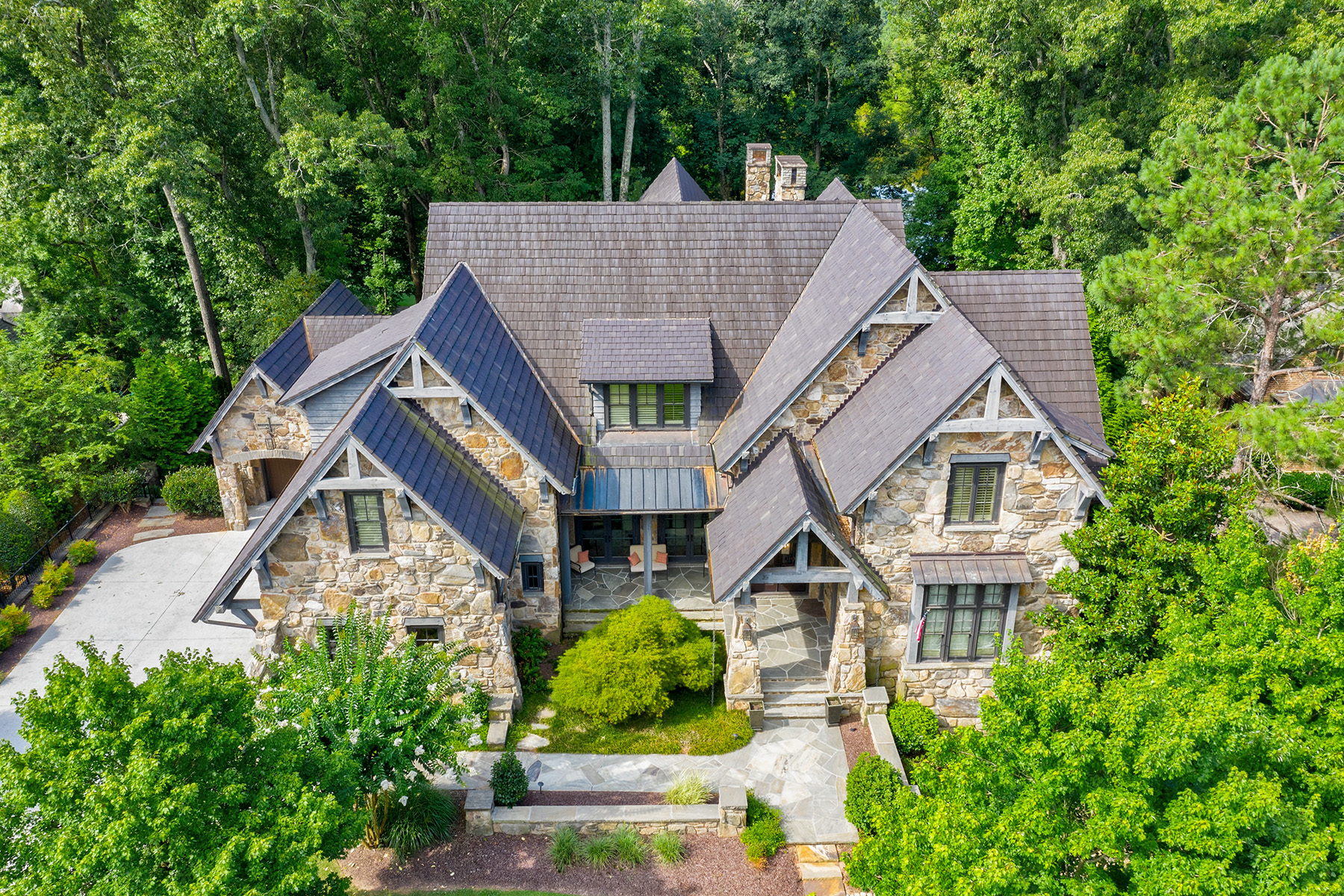 Single Family Homes для того Продажа на Custom Home Situated Among Tranquil Woods, Shimmering Lake and Golf Course View 4824 Elkhorn Hill Drive, Suwanee, Джорджия 30024 Соединенные Штаты