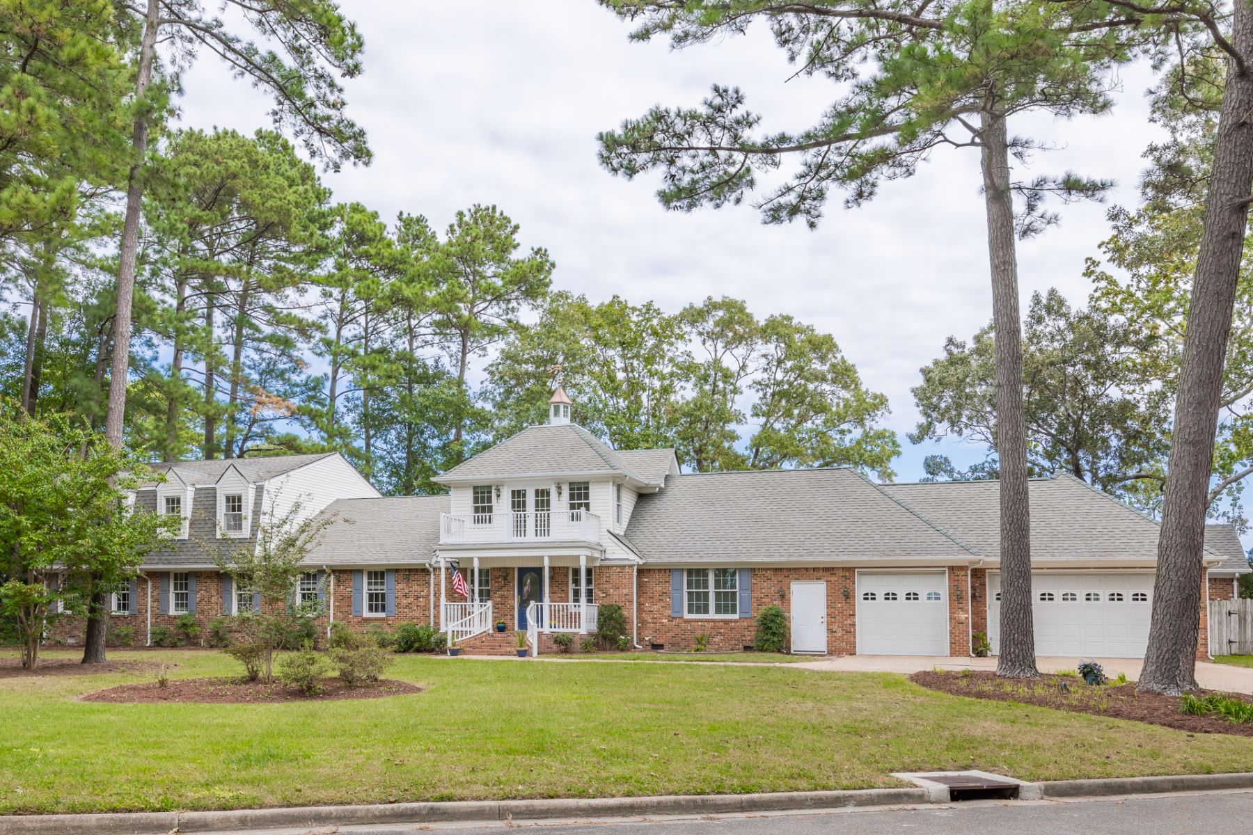 Single Family Homes 용 매매 에 KINGS GRANT/LITTLE NECK 944 Winthrope Drive, Virginia Beach, 버지니아 23452 미국