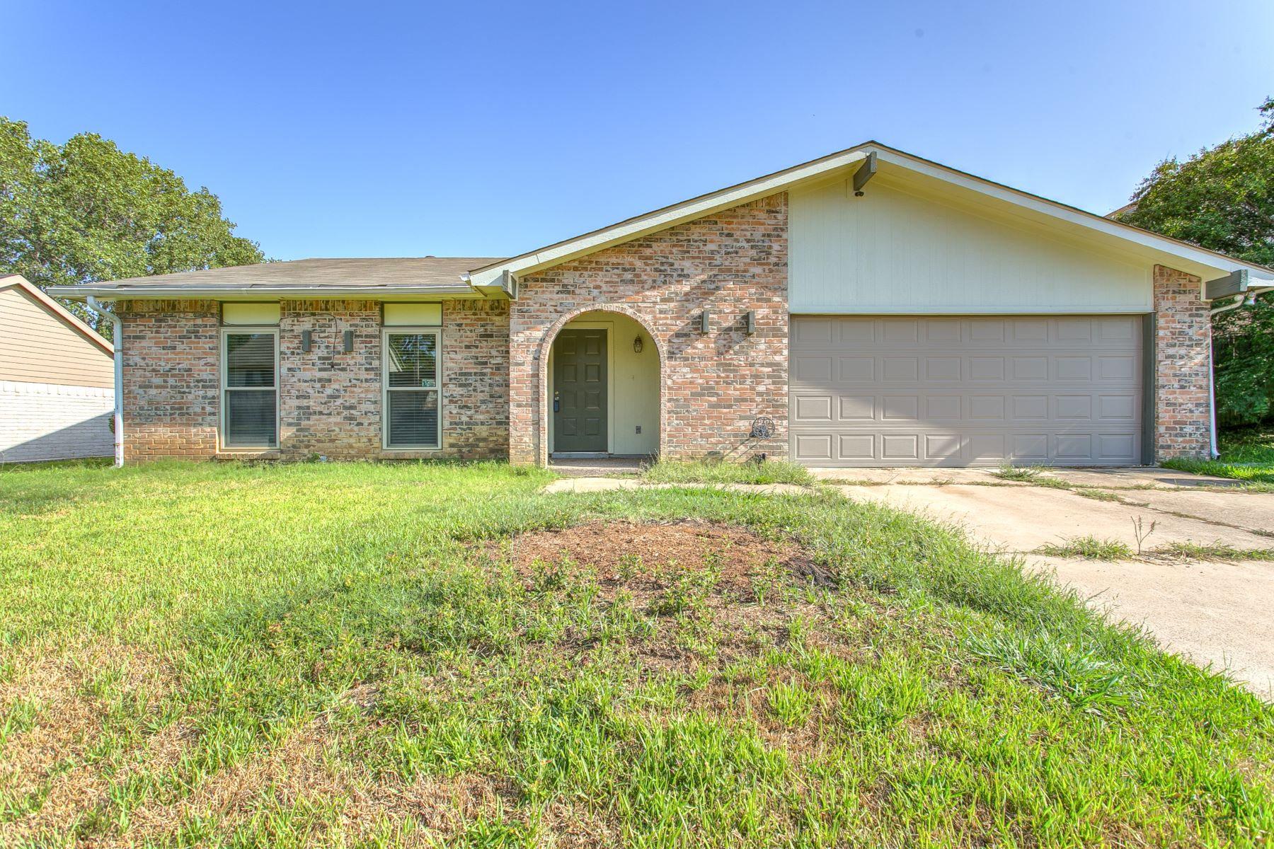 Single Family Homes for Sale at Open concept one story home with lots of potential! 7107 Greenspring Drive Arlington, Texas 76016 United States