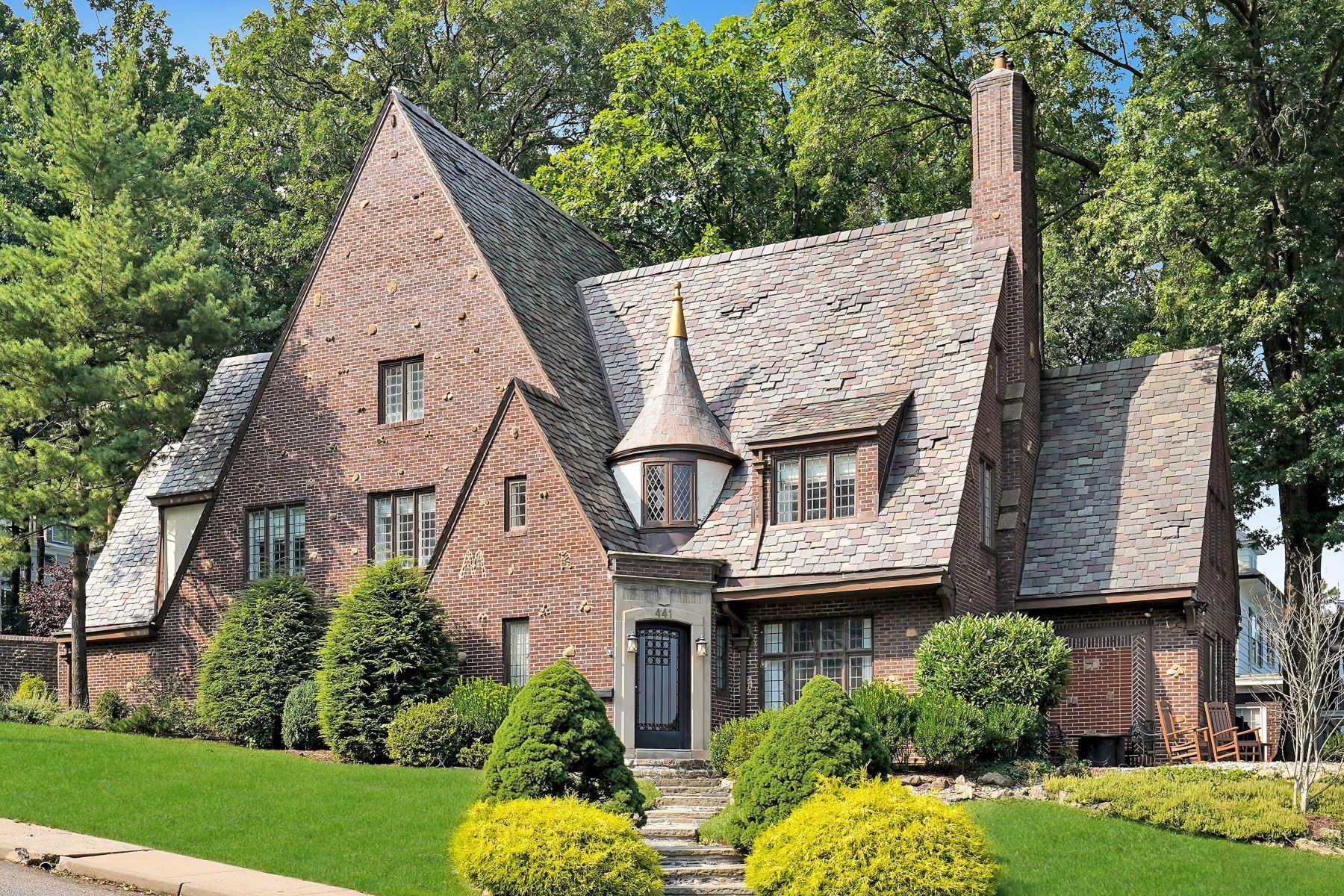 Single Family Homes pour l Vente à Iconic Tudor 441 Overhill Road, South Orange, New Jersey 07079 États-Unis