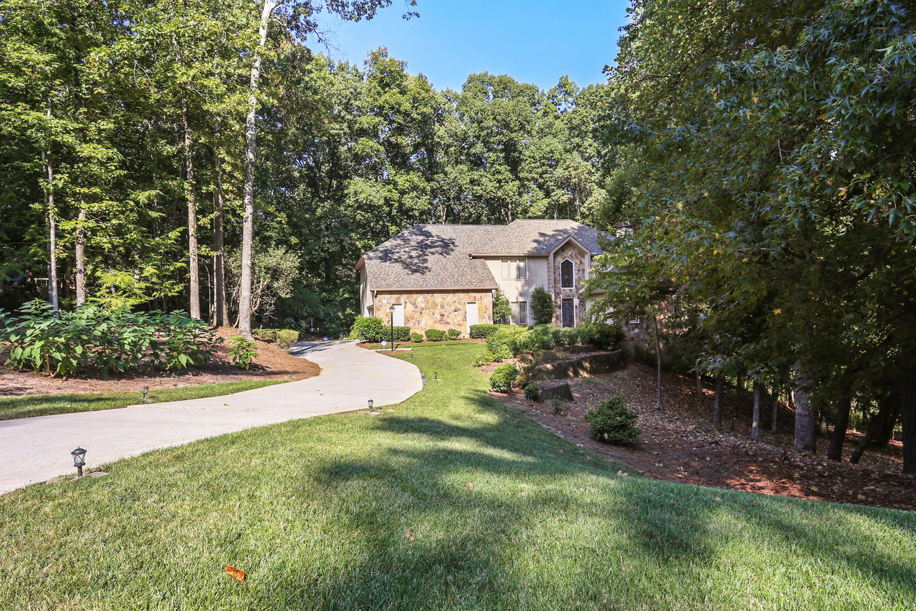 Single Family Homes pour l Vente à Meticulously Maintained Home on 1.1+ Beautiful Acres in Roswell 9310 Bluffwind Chase, Roswell, Georgia 30076 États-Unis