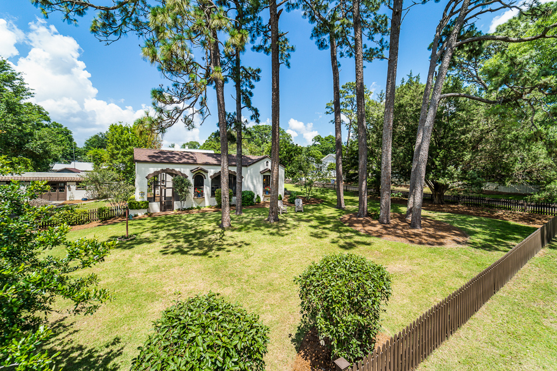 Single Family Homes 为 销售 在 Historic Spanish Revival Home 109 Gaston Avenue Fairhope, 阿拉巴马州 36532 美国