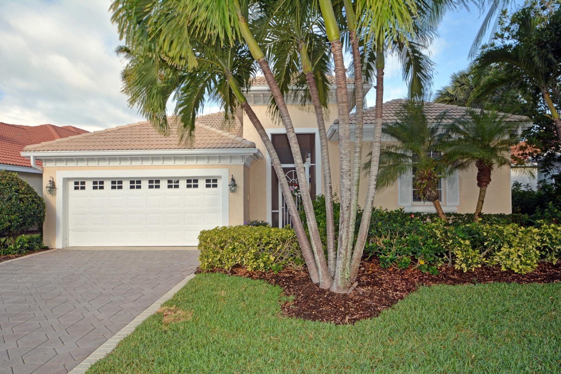 Casa para uma família para Venda às Move in Ready, Contemporary CBS Home w/Pool on Lake 958 Island Club Square Vero Beach, Florida, 32963 Estados Unidos