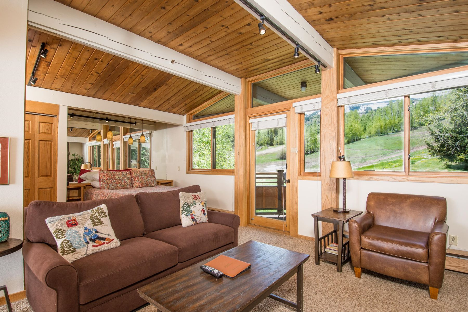 Condominiums для того Продажа на Perfect Ski Pied-à-terre! 640 Carriage Way, Unit, Snowmass Village, Колорадо 81615 Соединенные Штаты