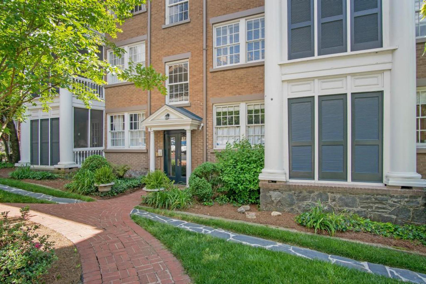 Condominiums por un Venta en Historical Mediterranean Classic 8 Collier Rd C2, Atlanta, Georgia 30309 Estados Unidos