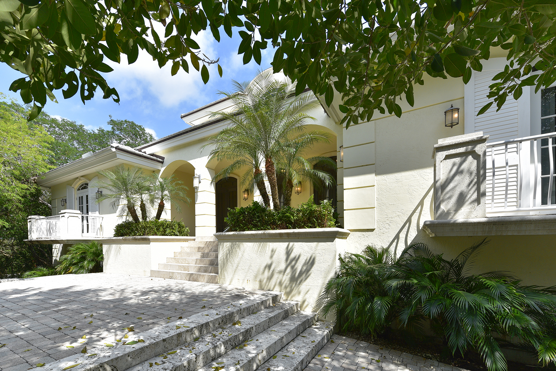 Villa per Vendita alle ore Custom Built Waterfront Home at Ocean Reef 16 North Bridge Lane Ocean Reef Community, Key Largo, Florida, 33037 Stati Uniti