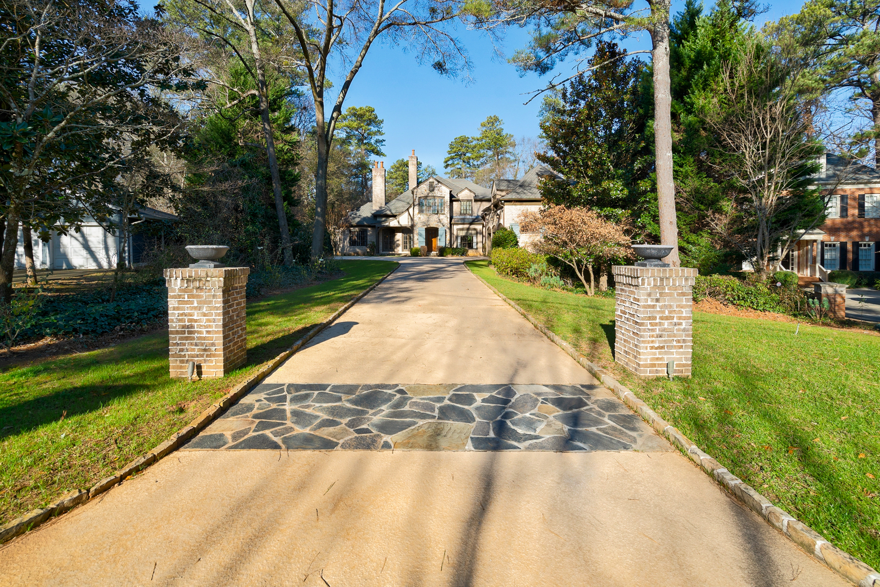 Single Family Homes 为 销售 在 Welcome Home to this Magnificent Home in Historic Brookhaven 4516 E Brookhaven Drive NE 亚特兰大, 乔治亚州 30319 美国