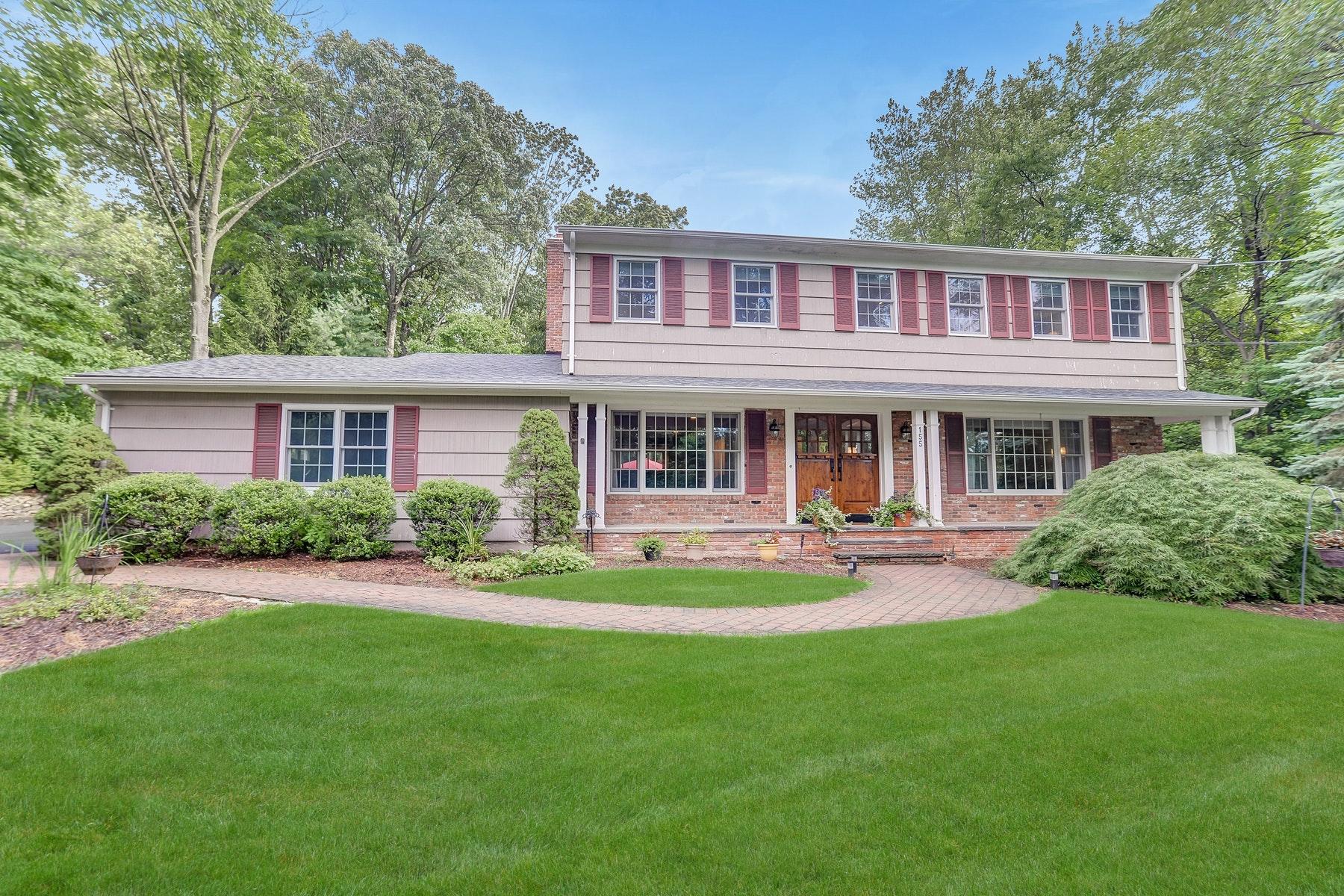 Maison unifamiliale pour l Vente à Classic Colonial in Desirable Fardale Section 155 Deerfield Terrace Mahwah, New Jersey 07430 États-Unis
