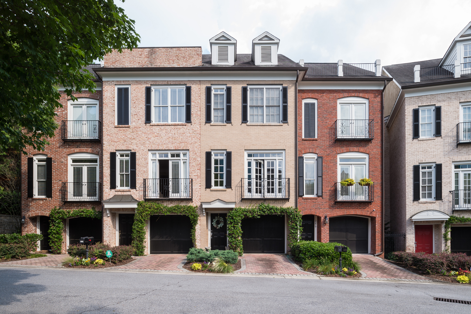 多棟聯建住宅 為 出售 在 Gorgeous Designer-Renovated Townhome In The Heart Of Buckhead 3283 Buckhead Forest Mews NE Buckhead Forest, Atlanta, 喬治亞州, 30305 美國