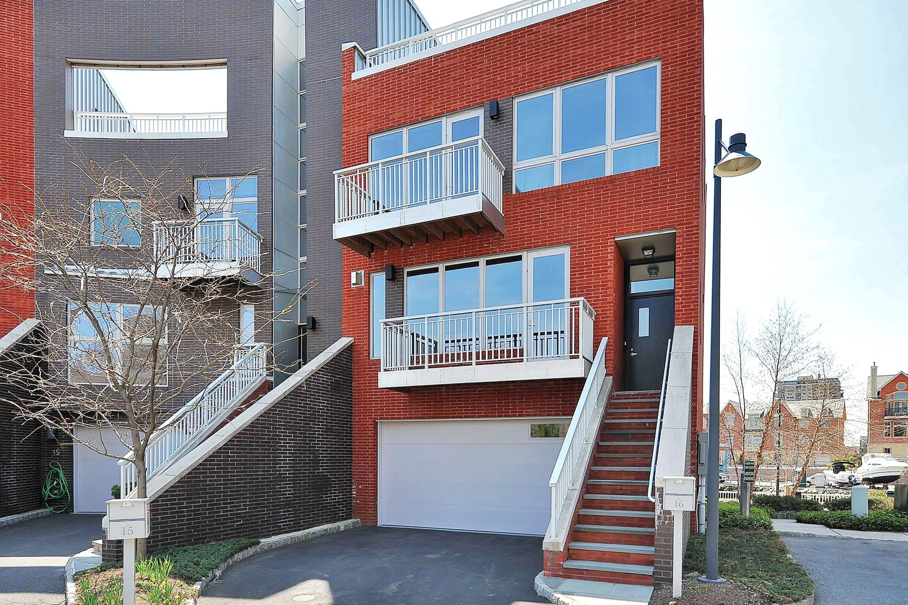 Maison accolée pour l Vente à Luxury Townhouse Living 16 Vela Way Edgewater, New Jersey 07020 États-Unis