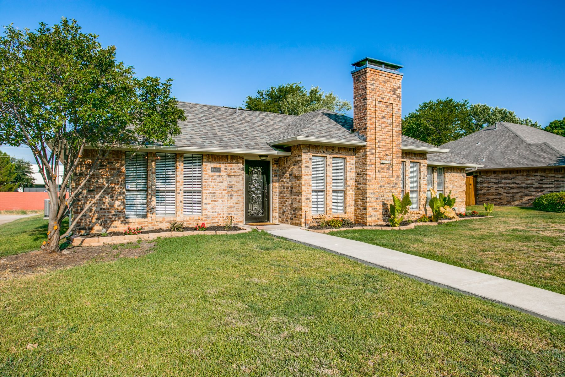 Single Family Homes for Sale at Updated in Carrollton! 2827 Cambridgeshire Drive Carrollton, Texas 75007 United States