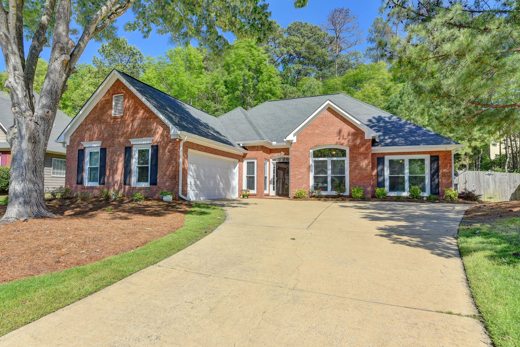 Single Family Homes voor Verkoop op Charming Brick Traditional Ranch 3115 Goldmist Drive, Buford, Georgië 30519 Verenigde Staten