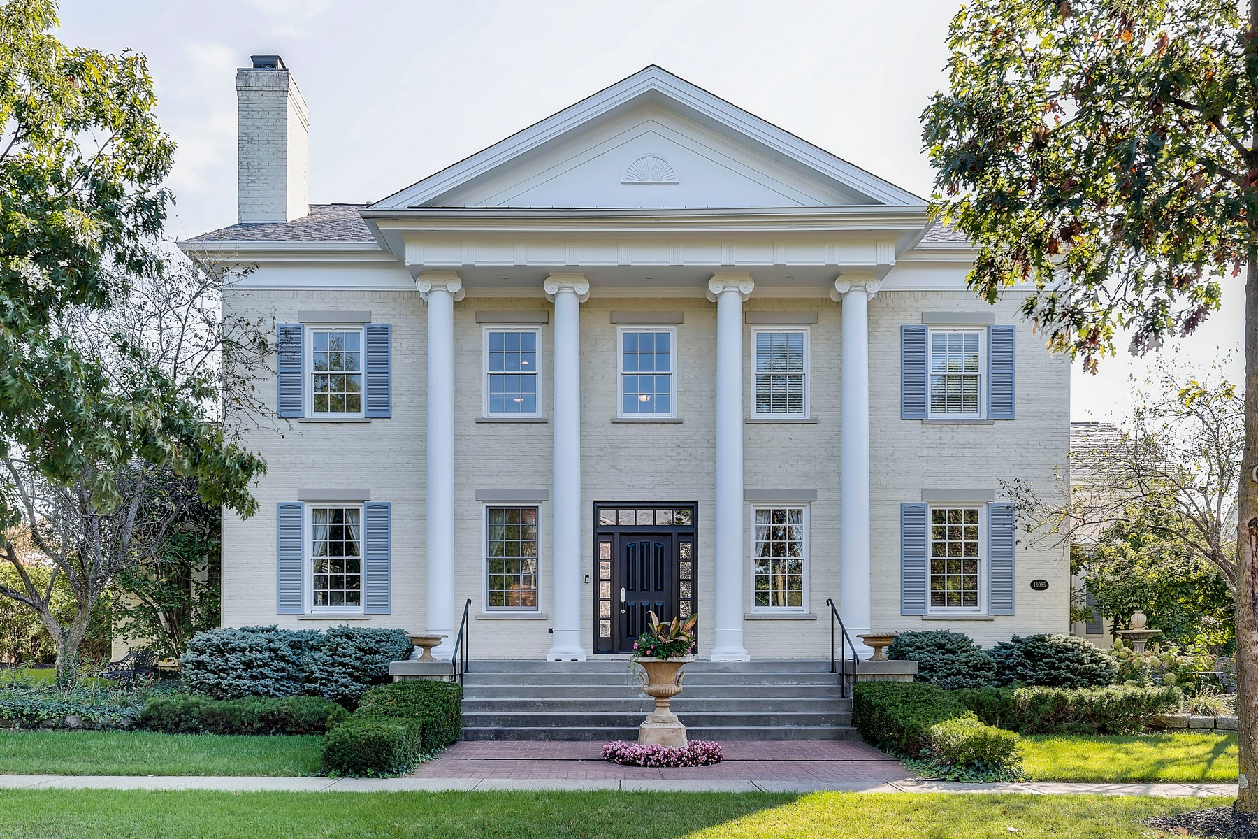 Single Family Homes 为 销售 在 Greek Revival masterpiece 13085 Broad Street 卡梅尔, 印第安纳州 46032 美国