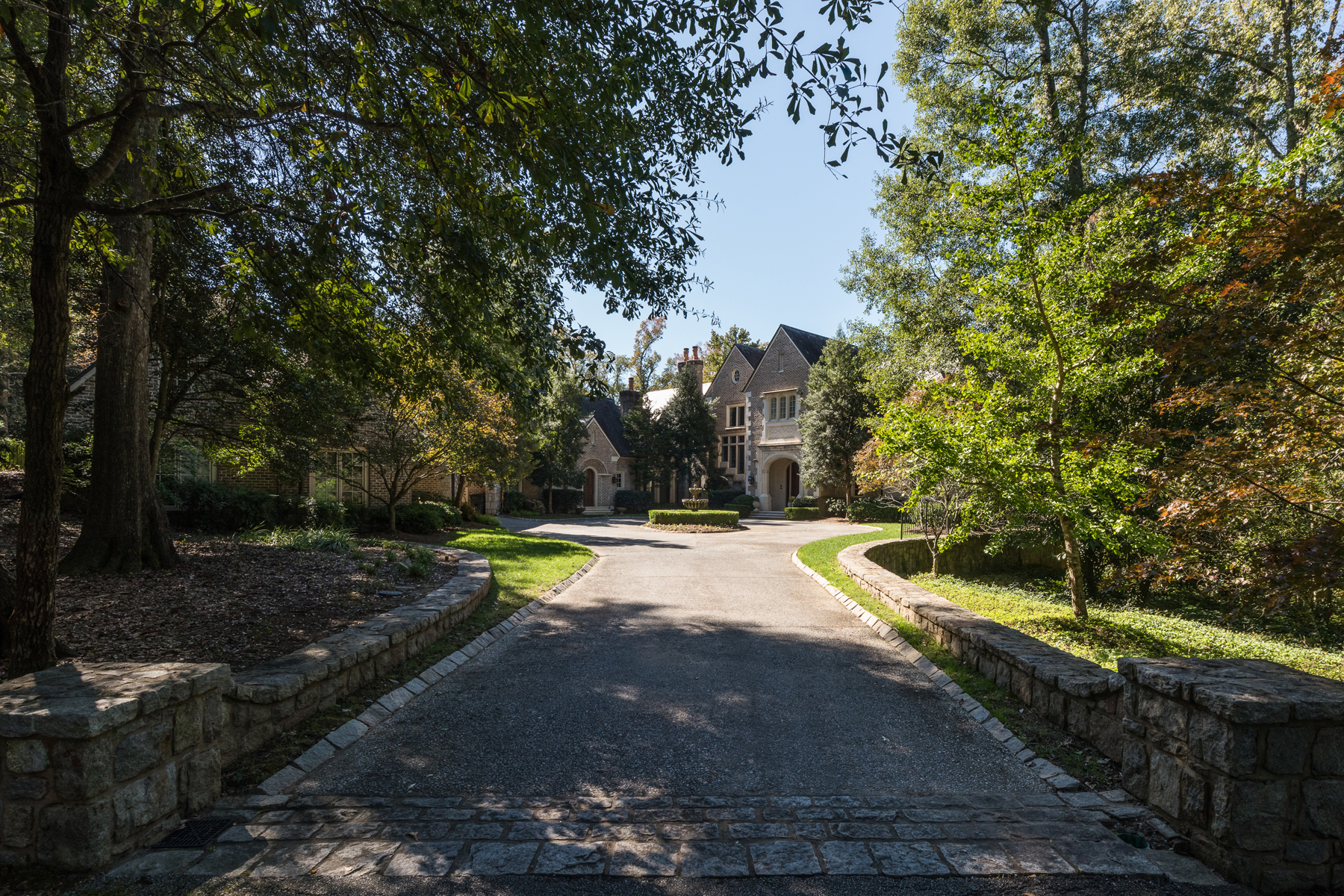 Casa Unifamiliar por un Venta en An Award Winning Tudor In Buckhead 2032 W Paces Ferry Road Atlanta, Georgia 30327 Estados Unidos