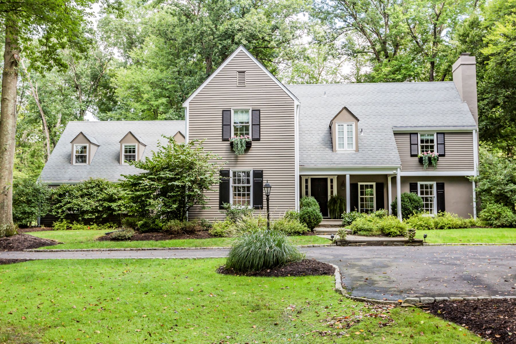 Eensgezinswoning voor Verkoop op Picture Perfect - Brimming with Character 8 East Shore Drive, Princeton, New Jersey 08540 Verenigde StatenIn/Rond: Hopewell Township
