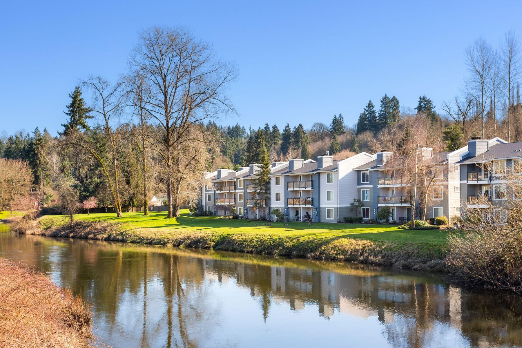 Condominiums por un Venta en Sophisticated Riverfront Condo 10830 E Riverside Dr Unit #B206 Bothell, Washington 98011 Estados Unidos