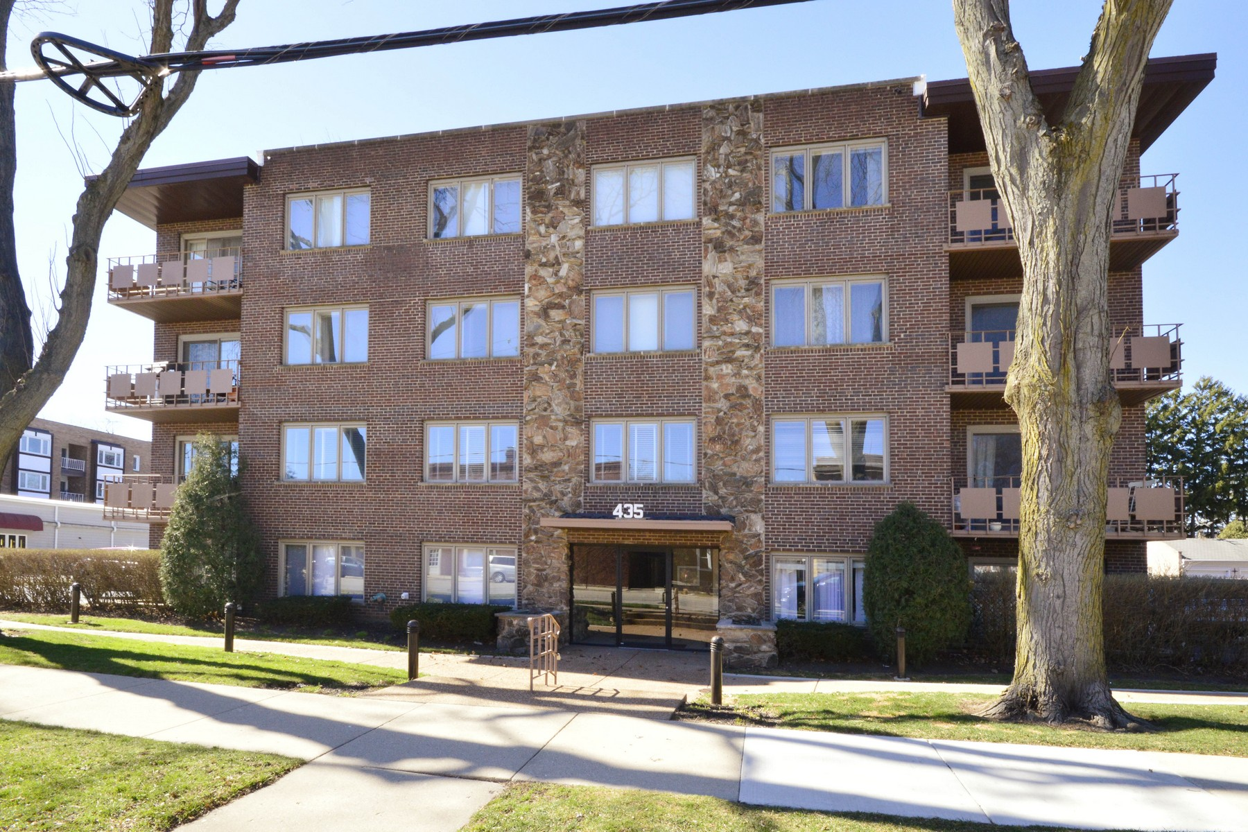 Condominio per Vendita alle ore Gorgeous Light-Filled Corner Unit 435 Ridge Road Unit 406 Wilmette, Illinois, 60091 Stati Uniti