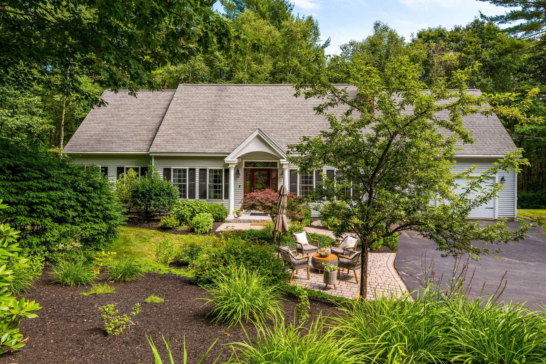 Single Family Homes for Sale at Meticulous Cape on Private Cul-de-sac in Kittery Point 14 Lynch Lane Kittery, Maine 03905 United States