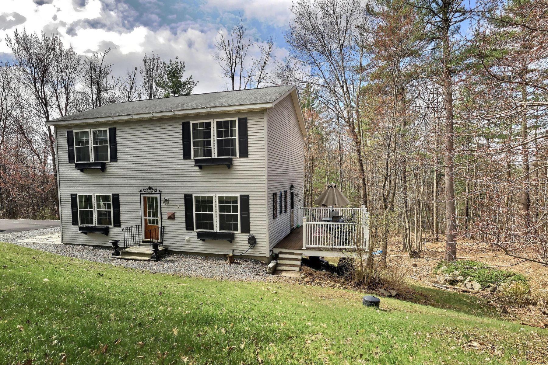 独户住宅 为 销售 在 Cozy Colonial Near Downtown Henniker 85 Morse Cir 亨尼克, 新罕布什尔州 03242 美国