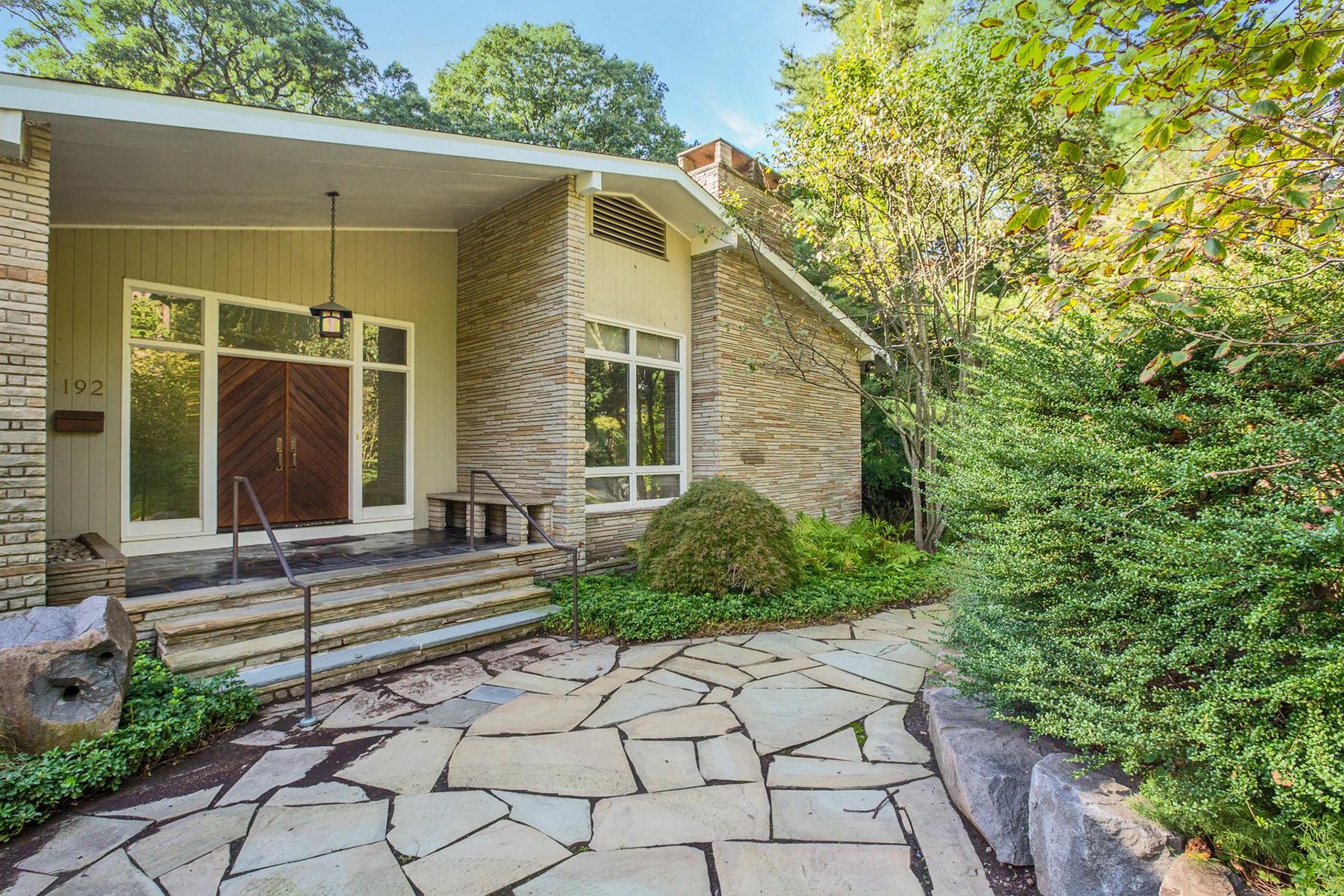 Single Family Homes para Venda às East Hill 192 Stonehurst Dr, Tenafly, Nova Jersey 07670 Estados Unidos