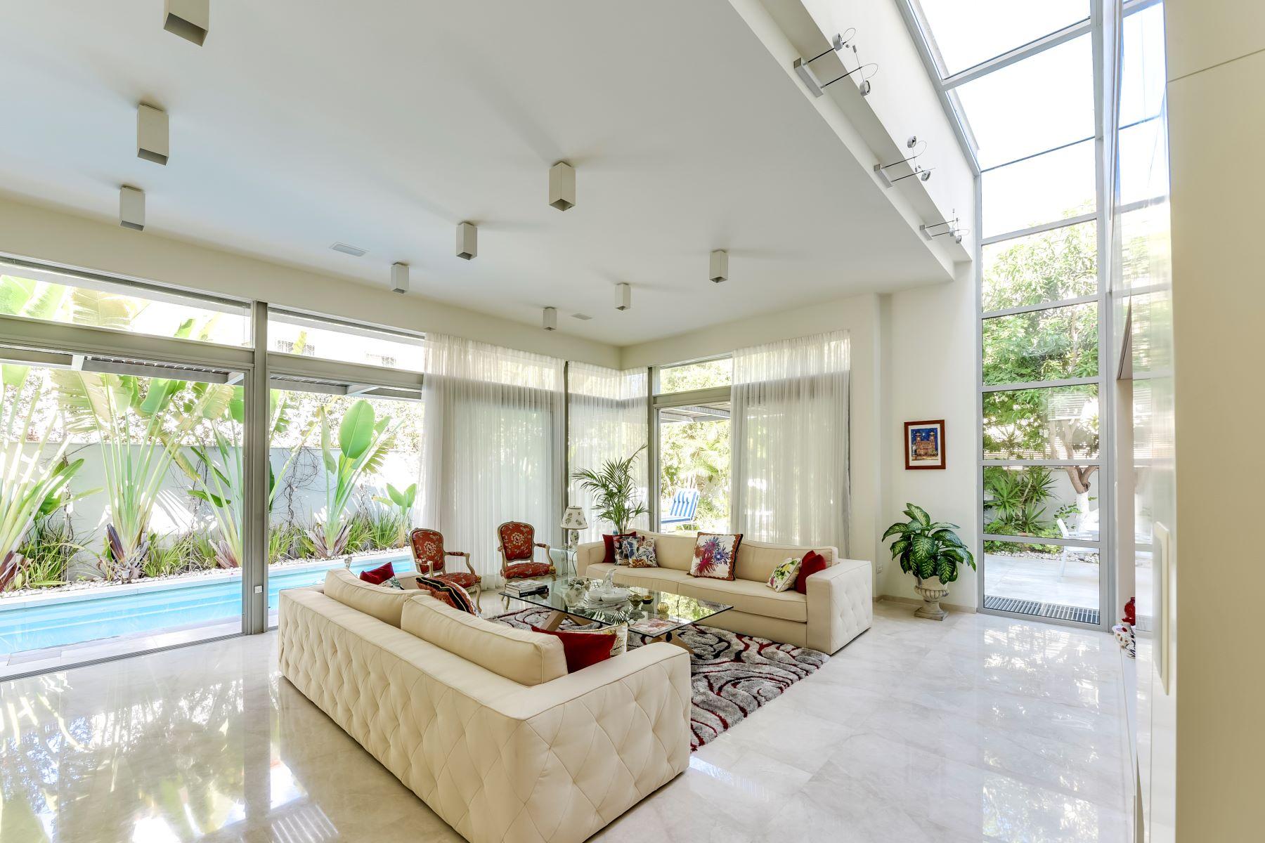 Частный односемейный дом для того Продажа на A Marvelous Elegant Villa In The Heart Of Herzlyia Pituach. Herzliya, Израиль