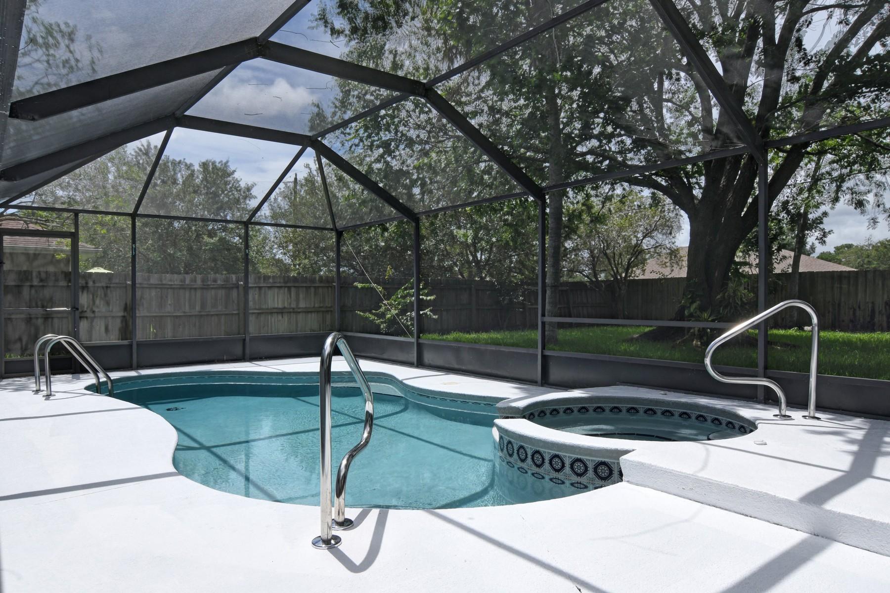 Частный односемейный дом для того Продажа на Newly Renovated Pool Home 127 Mabry Street Sebastian, Флорида, 32958 Соединенные Штаты