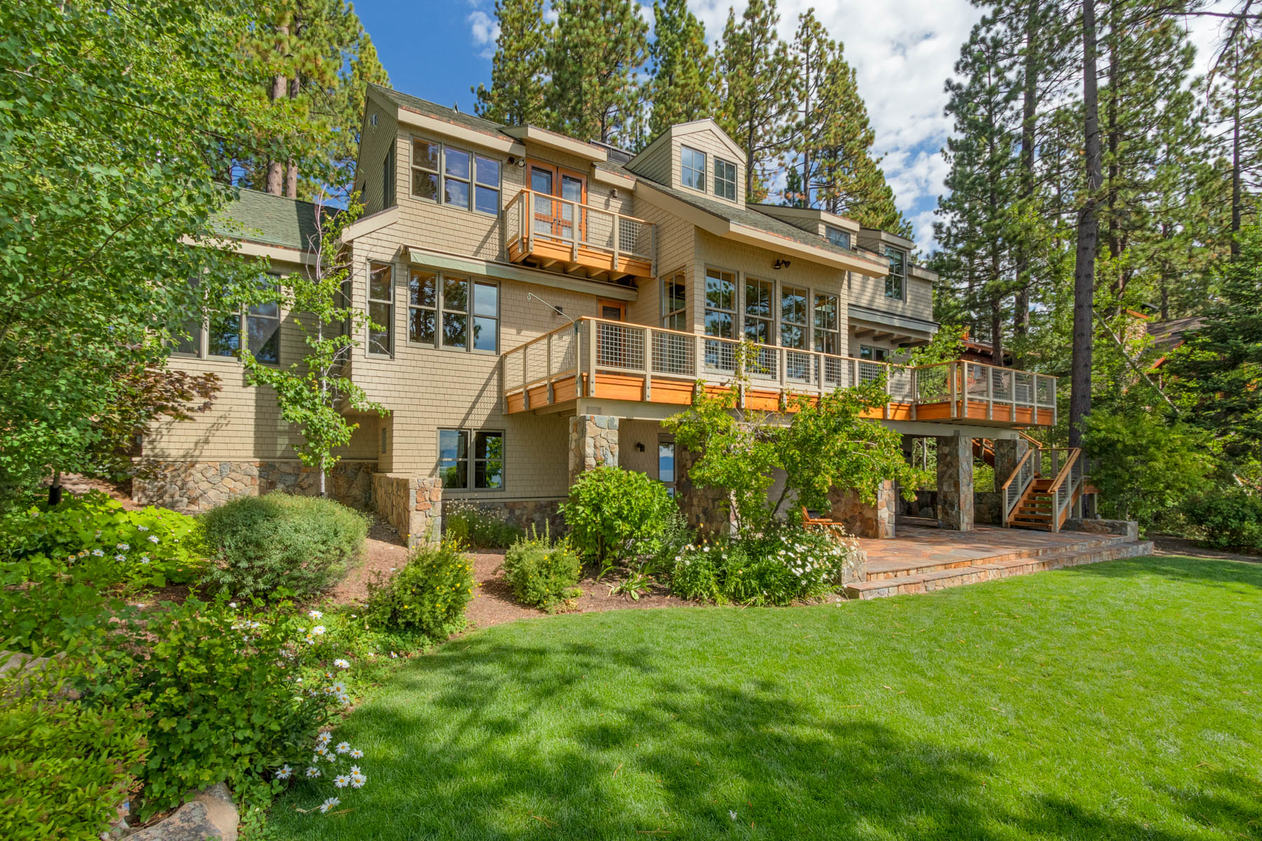 Single Family Homes 为 销售 在 2200 North Lake Blvd., Tahoe City, CA 2200 North Lake Blvd. 塔霍湖城, 加利福尼亚州 96145 美国