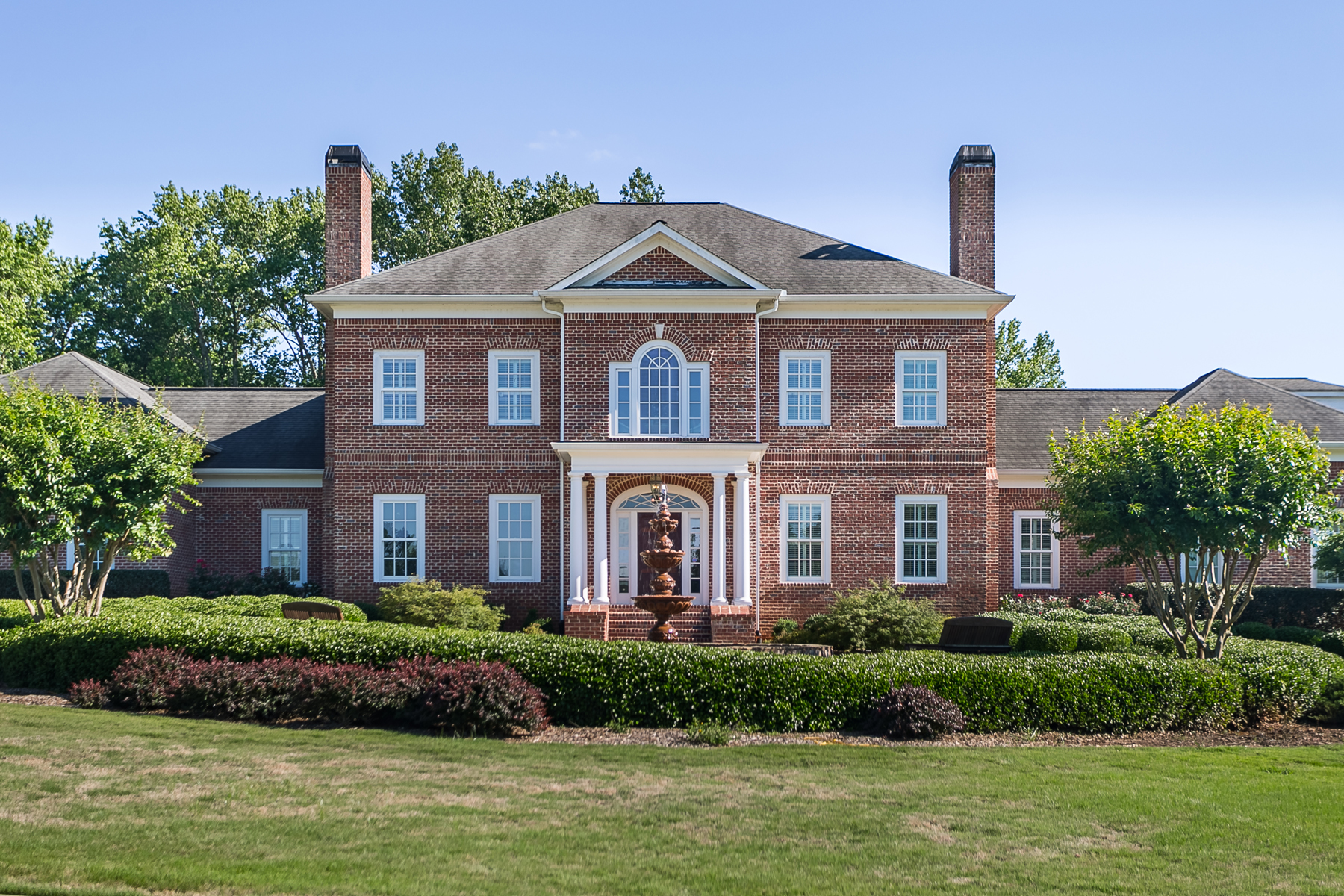 Частный односемейный дом для того Продажа на Elegant Georgian Masterpiece Ideally Sited On 40 Rolling Acres With Private Pond 7 Groover Road Newnan, Джорджия 30265 Соединенные Штаты