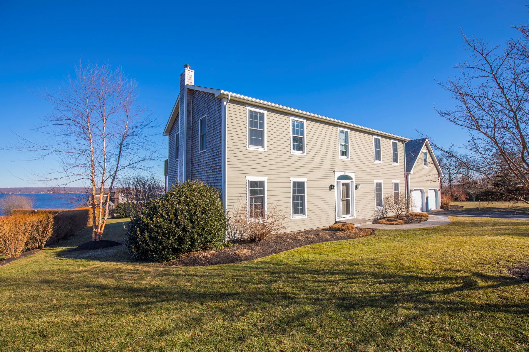Casa Unifamiliar por un Venta en Sweeping Water Views 105 Roger Williams Court Portsmouth, Rhode Island 0287 Estados Unidos