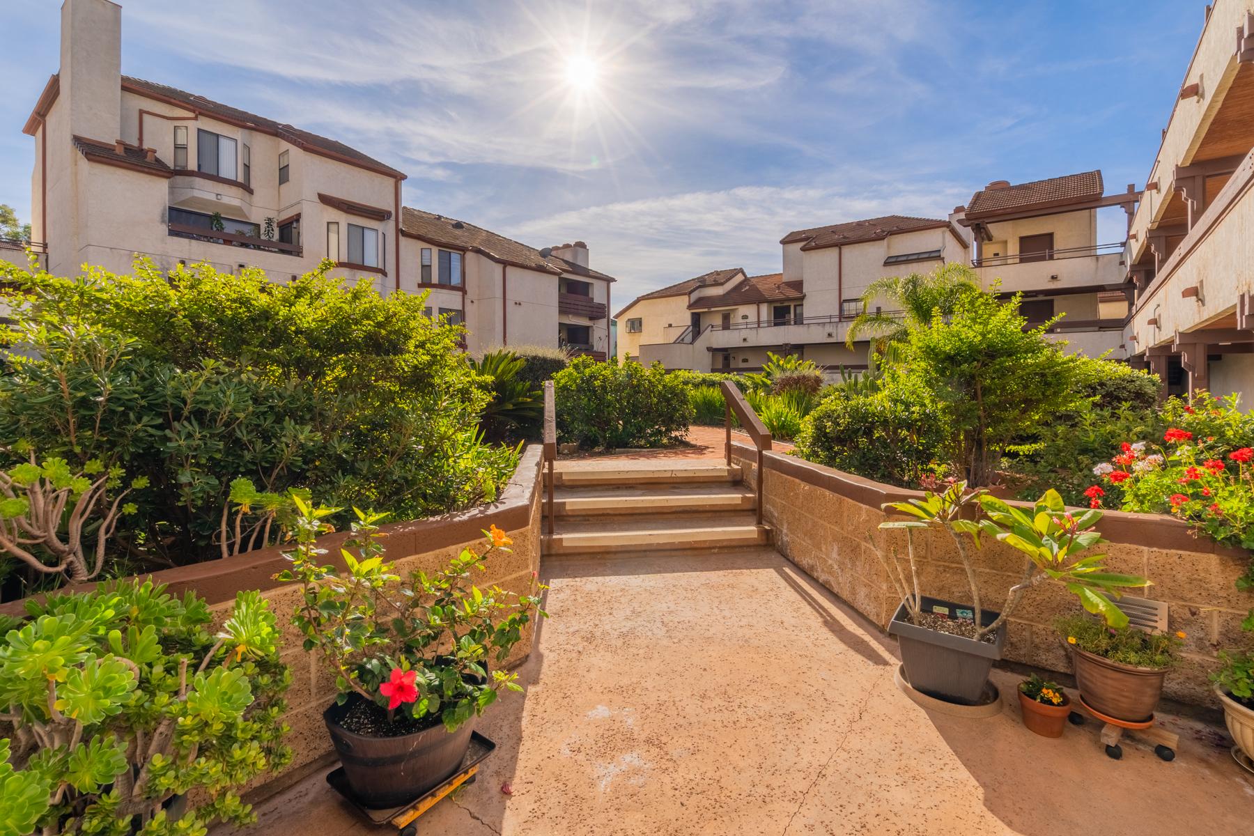 Condominiums para Venda às Parkwoods at the Village 376 Center Street 220, Chula Vista, Califórnia 91910 Estados Unidos