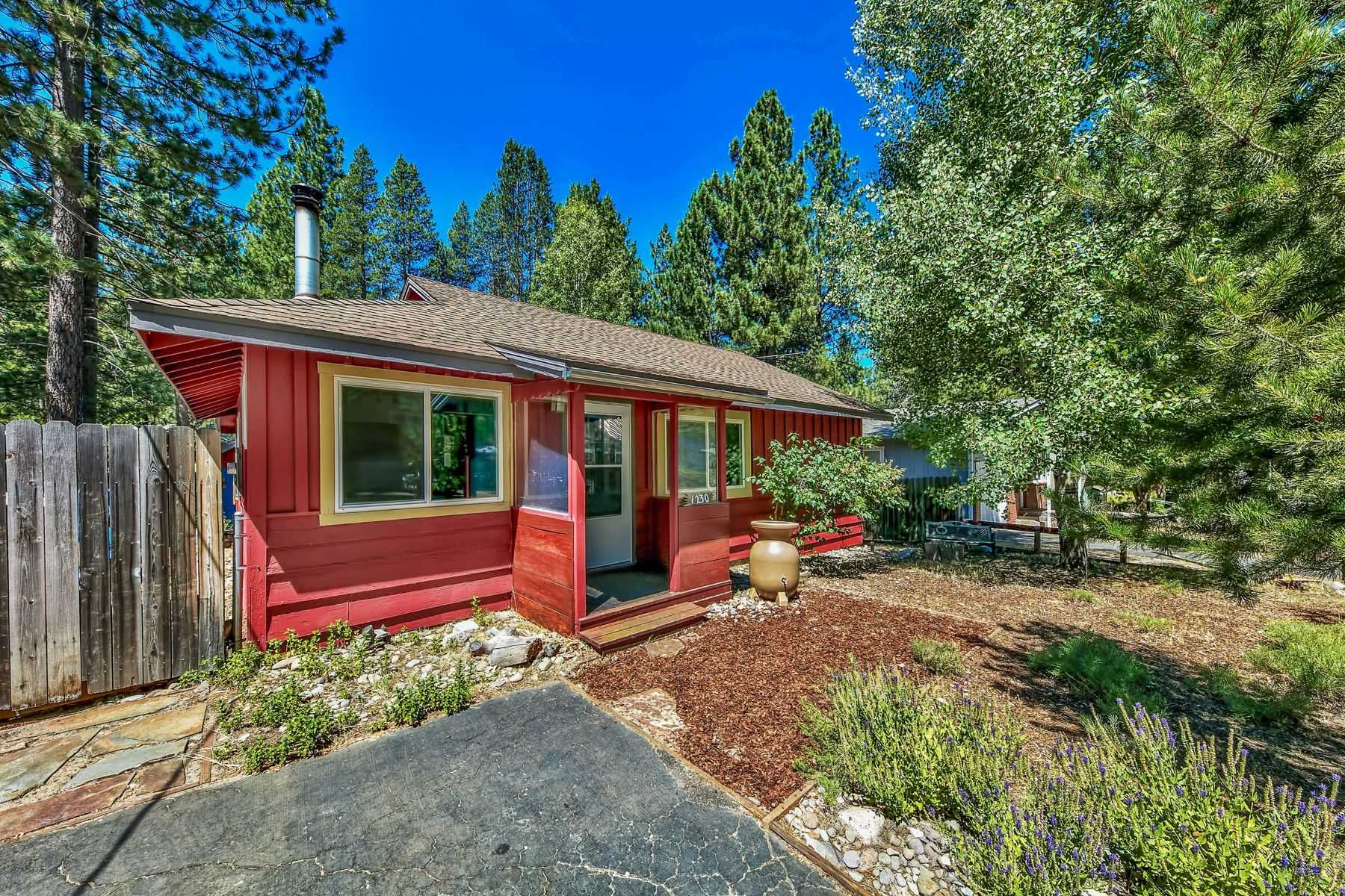 Single Family Homes 为 销售 在 1230 Omalley Drive, South Lake Tahoe, CA 96150 1230 Omalley Drive 南太浩湖, 加利福尼亚州 96150 美国