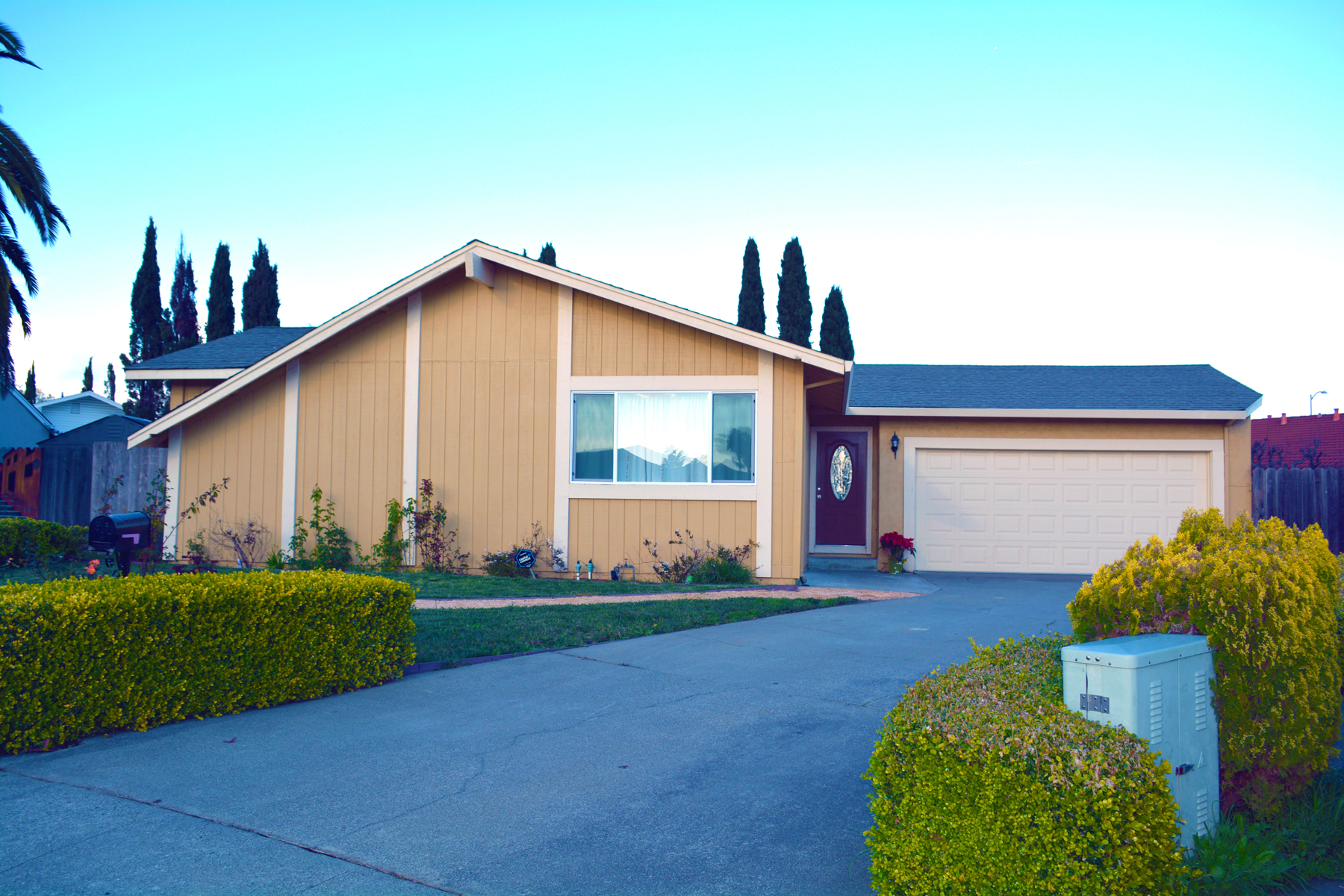 Single Family Home for Sale at Vaulted Ceilings over Hardwood Floors 128 Coloma Way Vallejo, California 94589 United States