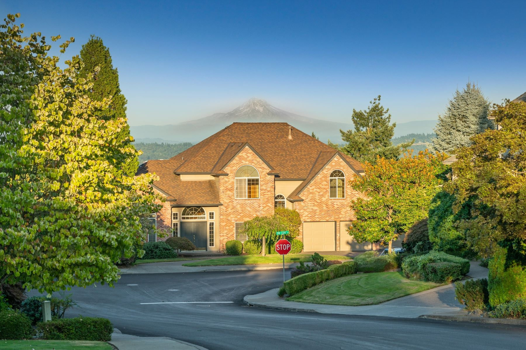 Single Family Homes pour l Vente à Stunning Traditional 14252 SW 134th Drive, Tigard, Oregon 97224 États-Unis