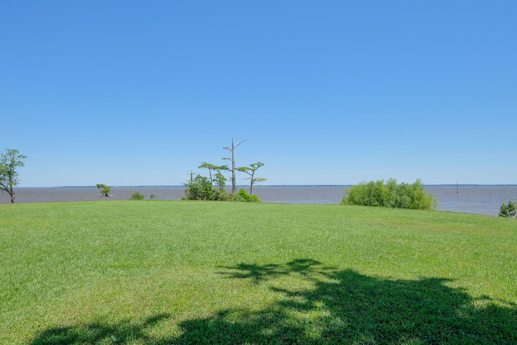 Terrain pour l Vente à WATERFRONT LOT OVERLOOKING THE ALBEMARLE SOUND Lot 1 Ruby Lane Roper, Caroline du Nord 27970 États-Unis