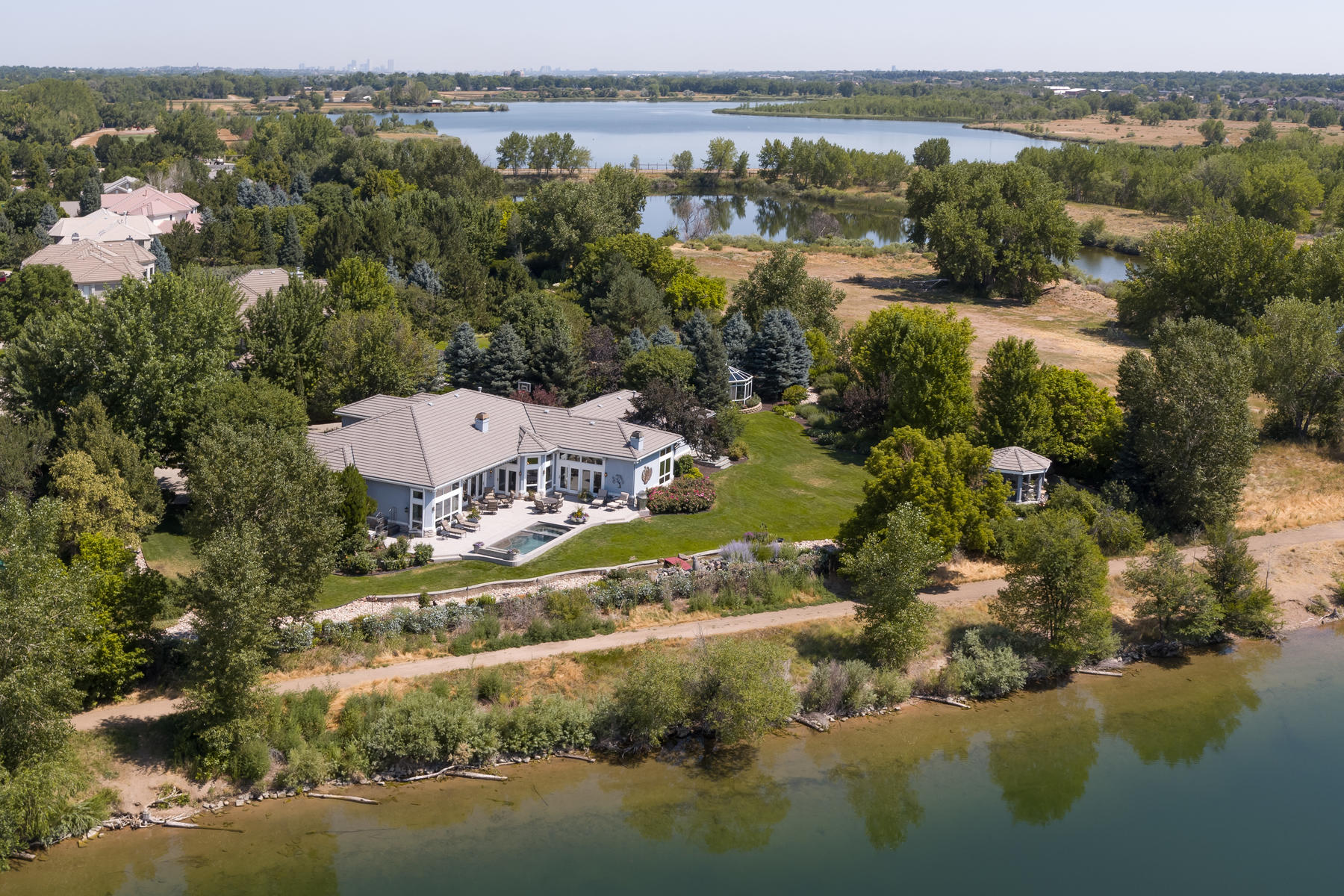 واحد منزل الأسرة للـ Sale في Incomparable setting overlooking park, lake and mountains beyond 7640 S Polo Ridge Dr, Littleton, Colorado, 80128 United States