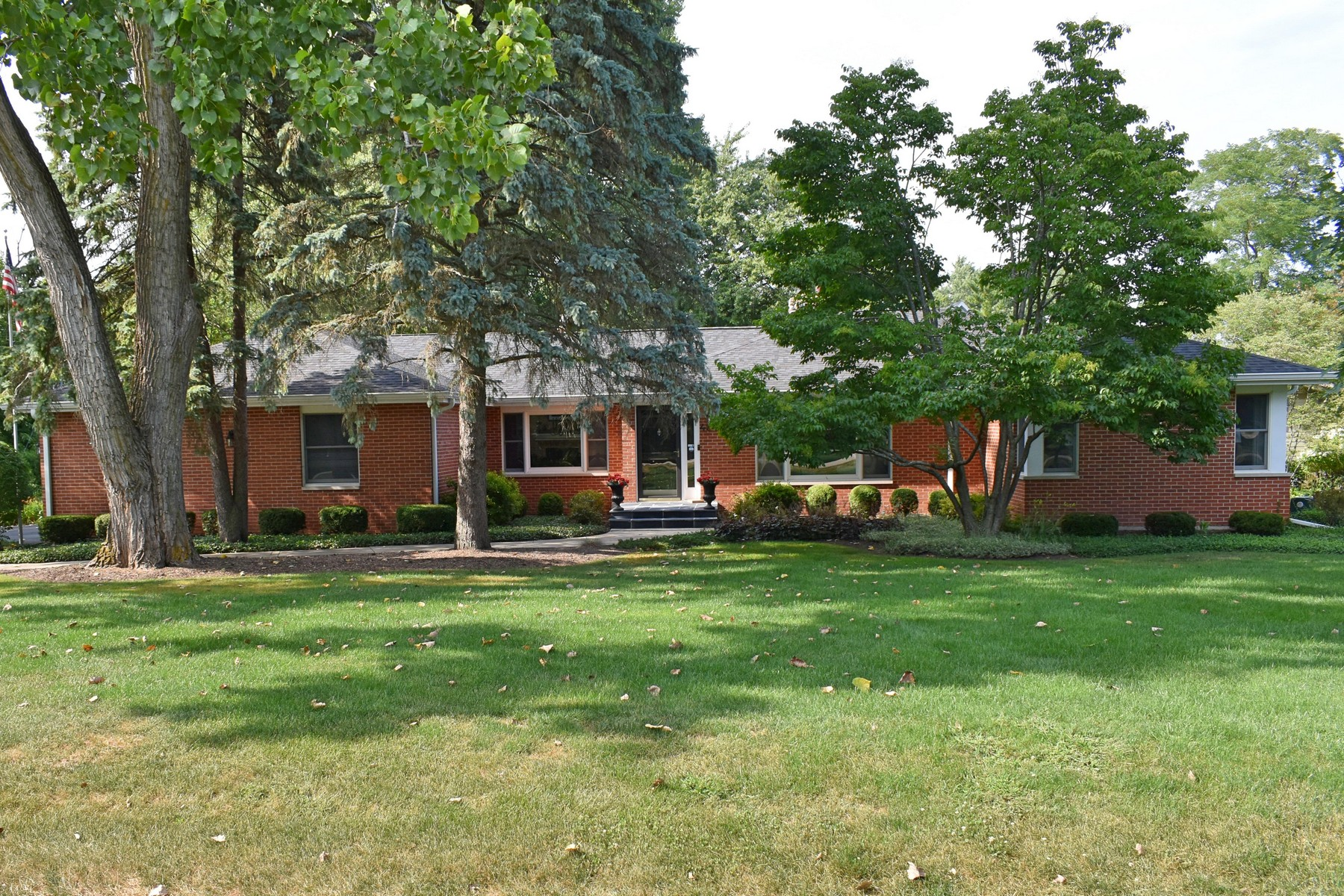 Single Family Homes für Verkauf beim Huge Brick Home on Large Corner Lot 454 Harvard Avenue, Barrington, Illinois 60010 Vereinigte Staaten
