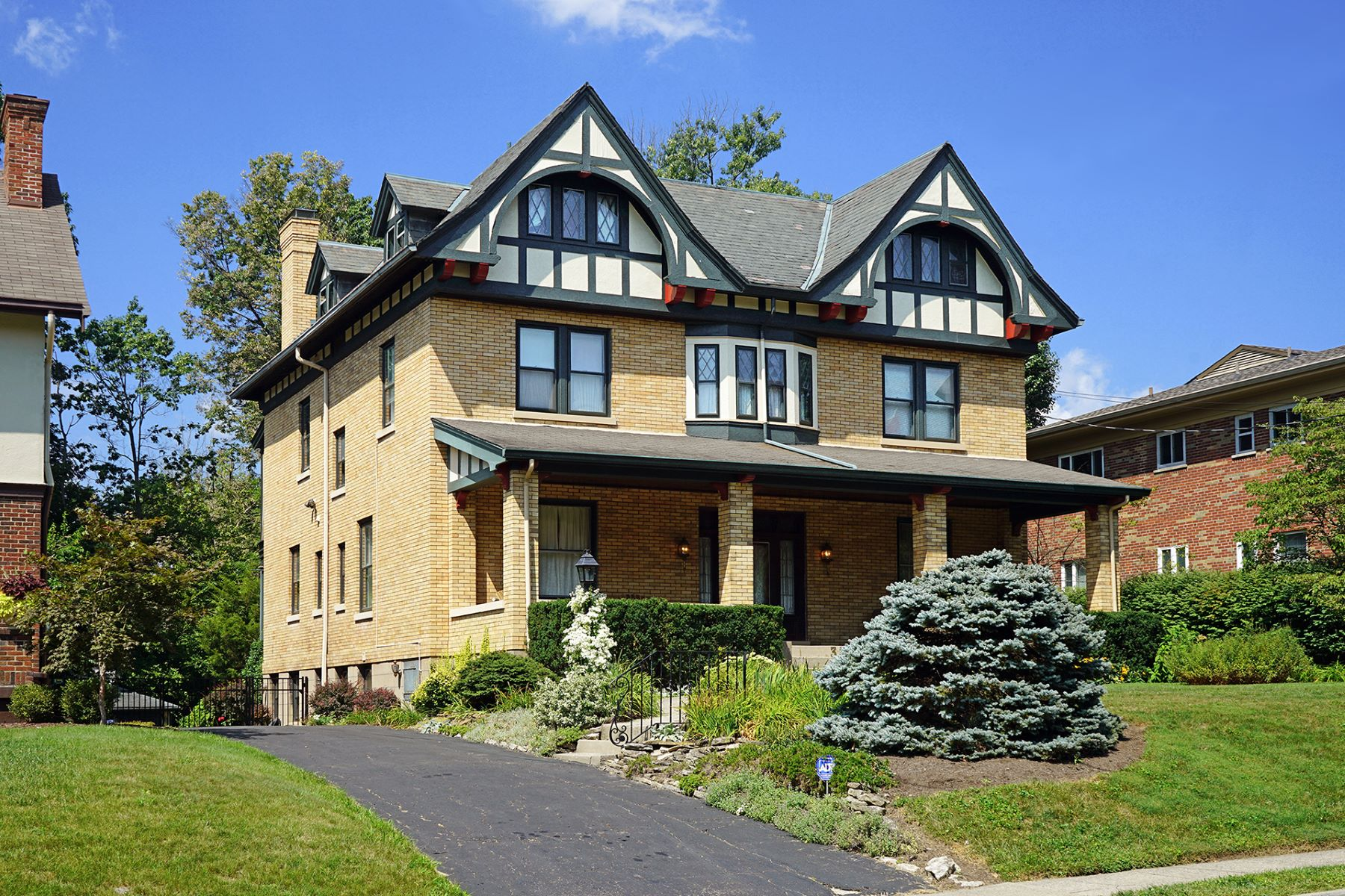 Single Family Homes 为 销售 在 Picturesque Street Two Blocks To Hyde Park Square 3567 Shaw Avenue 辛辛那提, 俄亥俄州 45208 美国