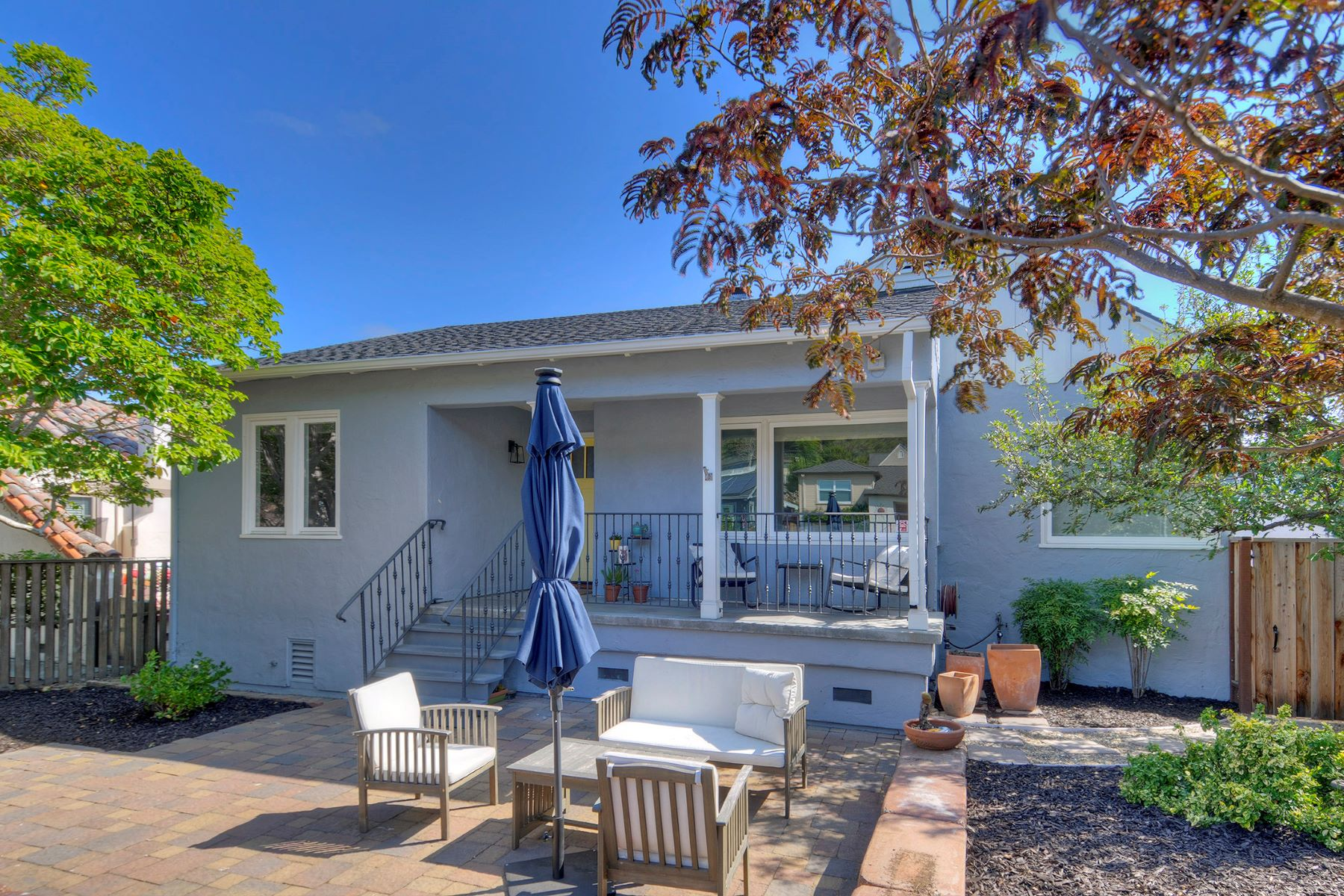 Single Family Homes por un Venta en Beautifully Updated Light-Filled Home 1349 Sixth Avenue Belmont, California 94002 Estados Unidos
