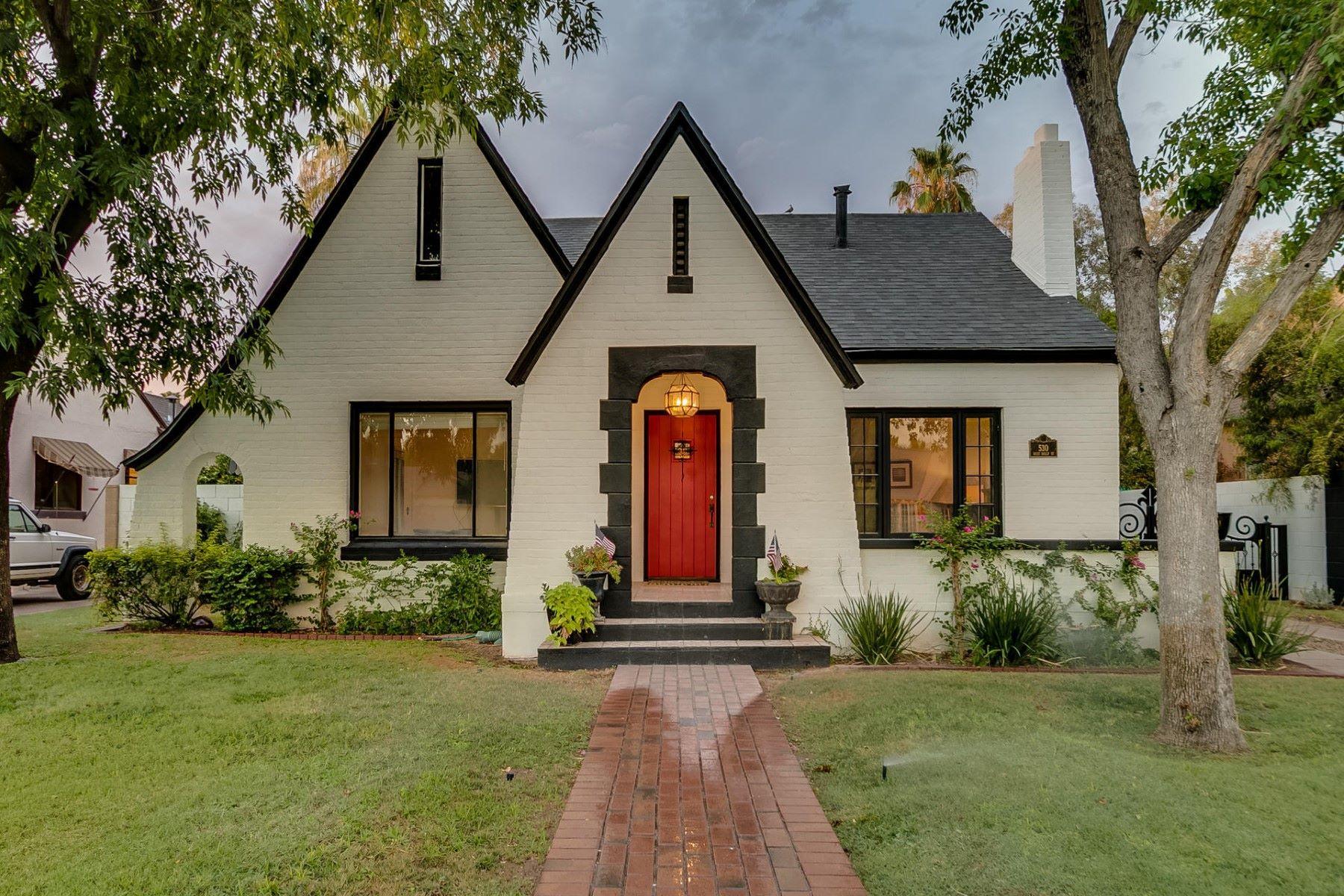 Nhà ở một gia đình vì Bán tại Charming storybook home in the historic Willo district. 530 W Holly St Phoenix, Arizona, 85003 Hoa Kỳ
