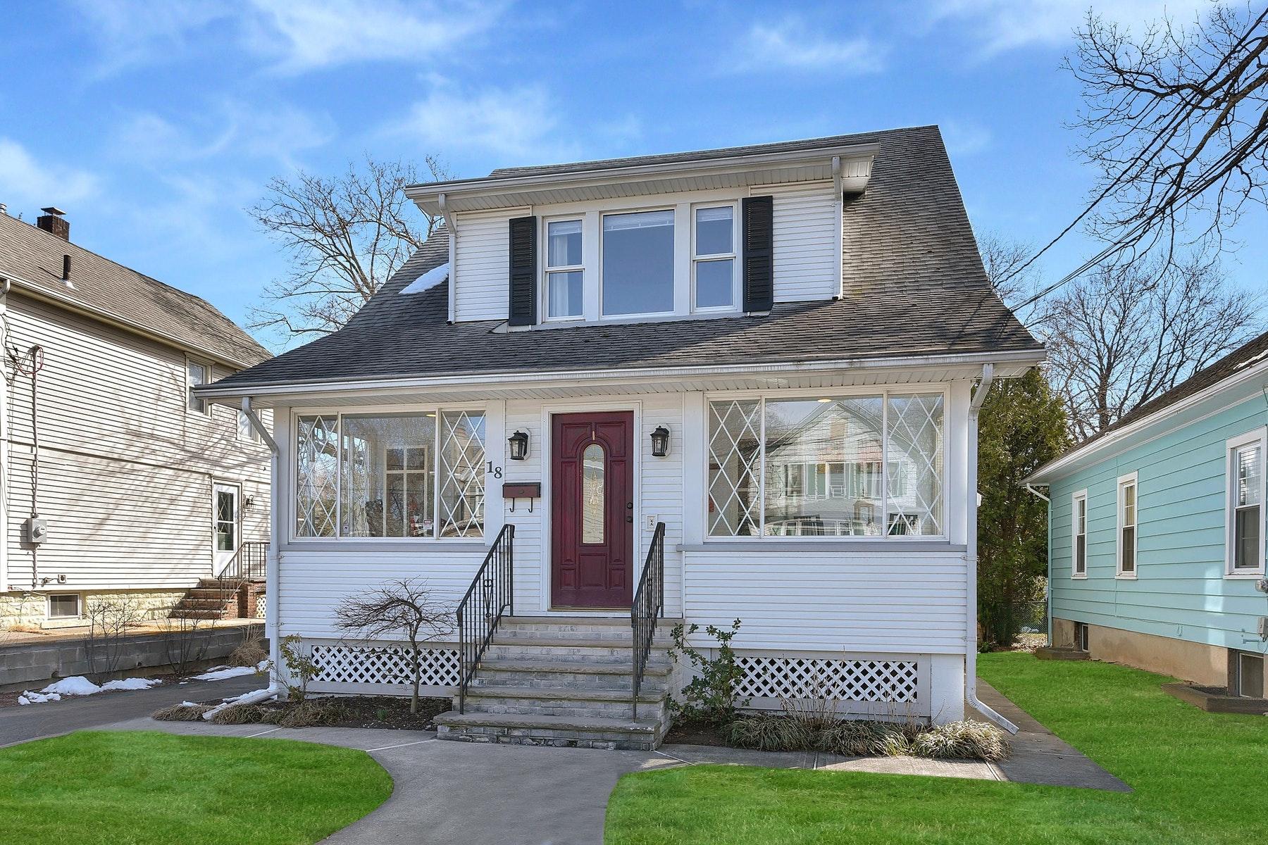 Casa Unifamiliar por un Venta en Modern Day Beautiful 18 Pierce Avenue, Midland Park, Nueva Jersey, 07432 Estados Unidos