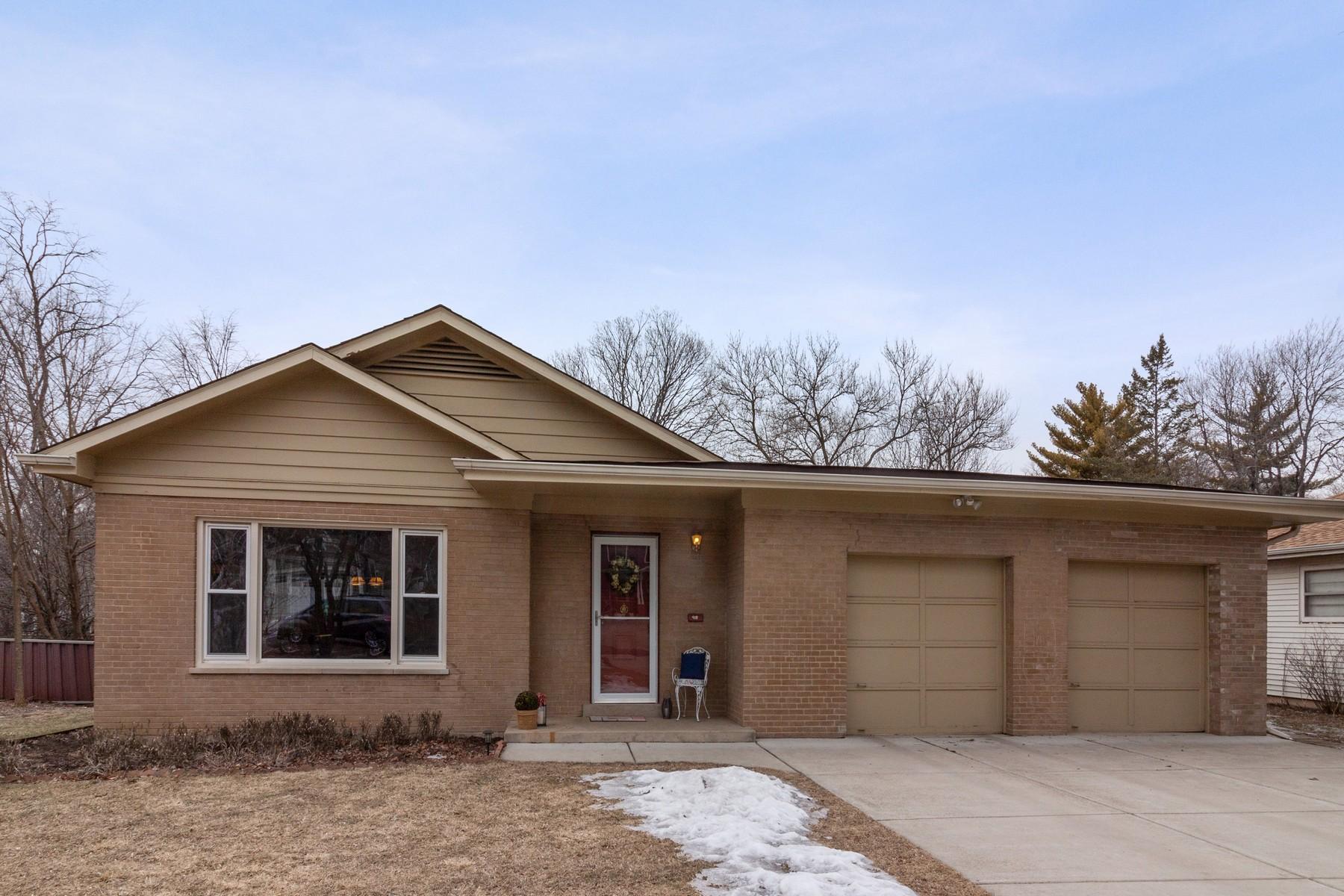 Single Family Home for Sale at Gorgeous Wheaton Split Level Home 918 Delles Road Wheaton, Illinois 60189 United States