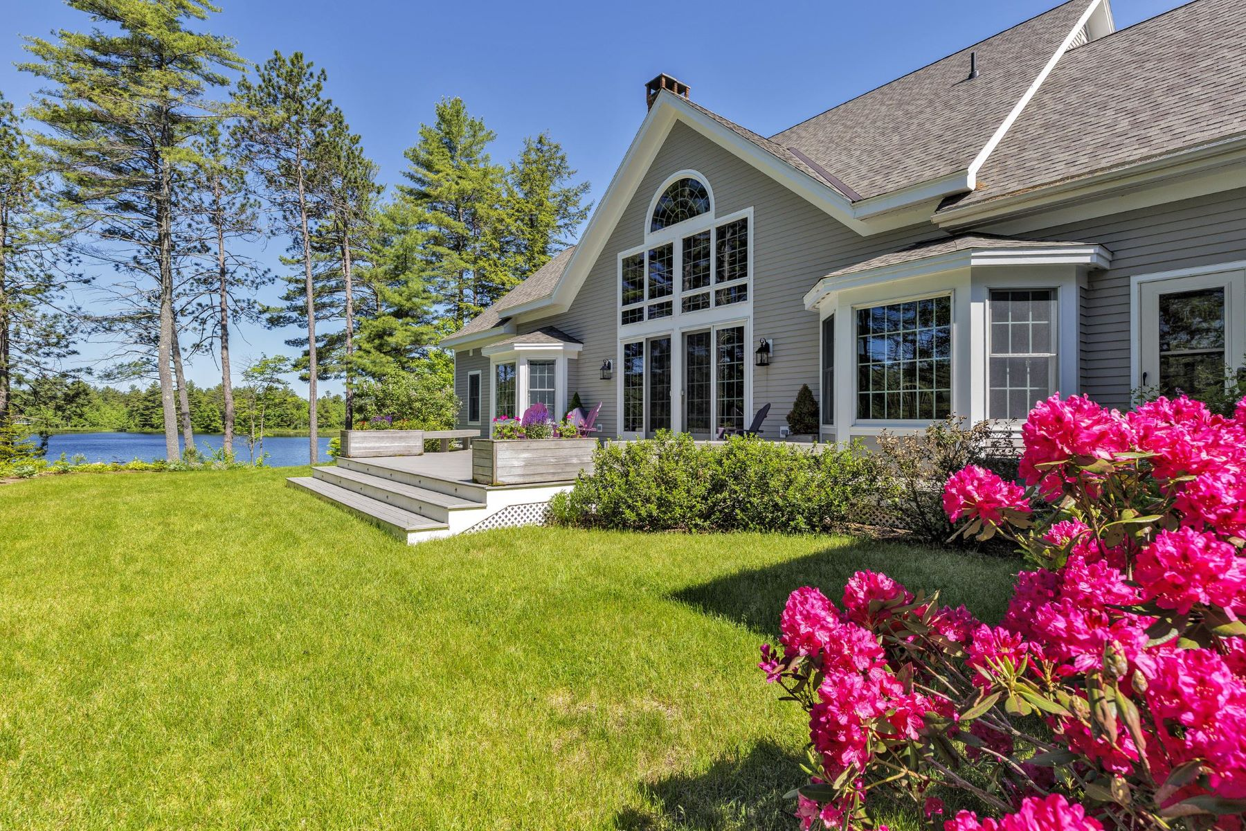 Single Family Homes 为 销售 在 Lovely Waterfont Home on Messer Pond 58 Little Cove Rd 新伦敦, 新罕布什尔州 03257 美国