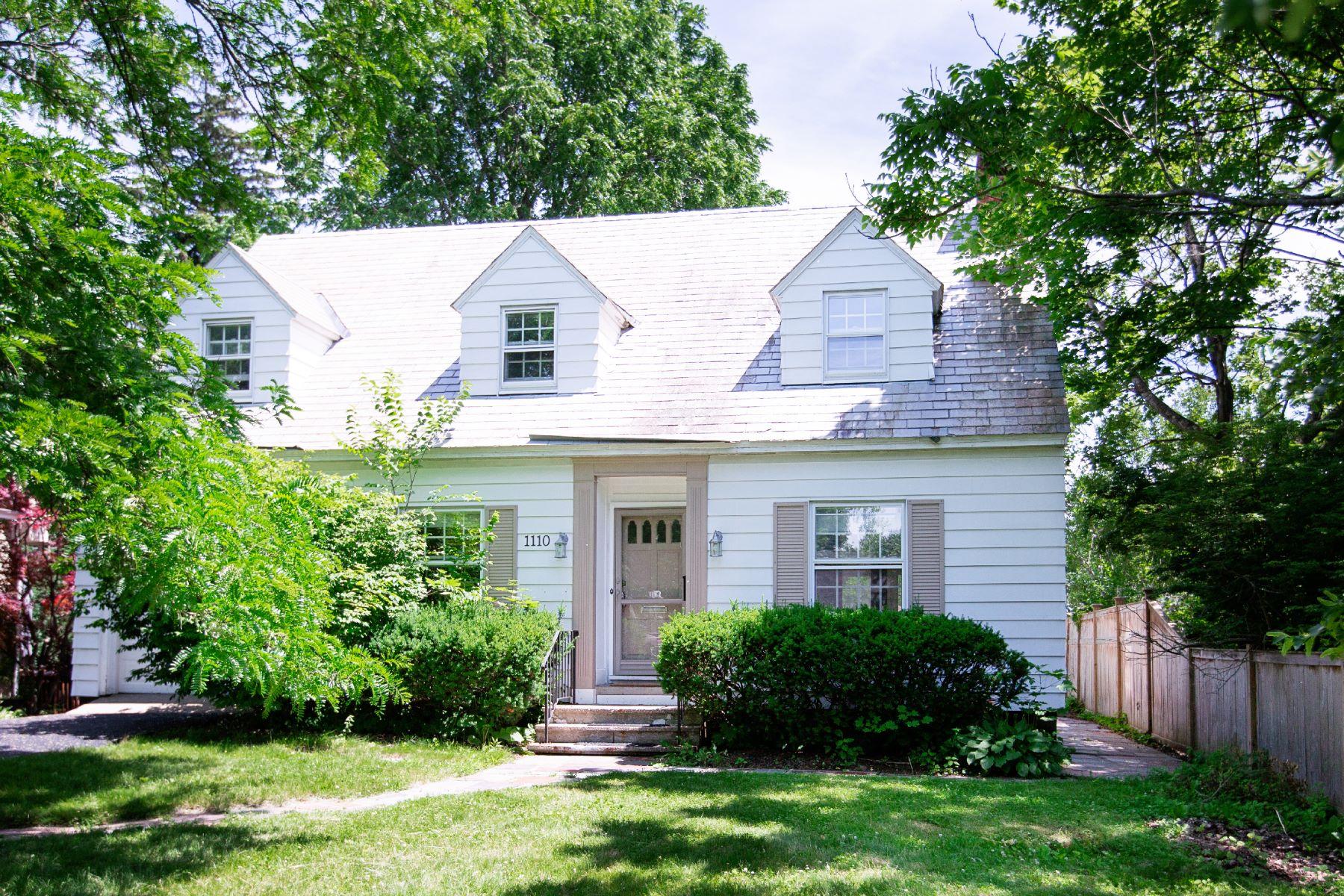 Single Family Homes för Försäljning vid Lovely Cape in the Country Club Neighborhood 1110 Millington Rd., Niskayuna, New York 12309 Förenta staterna