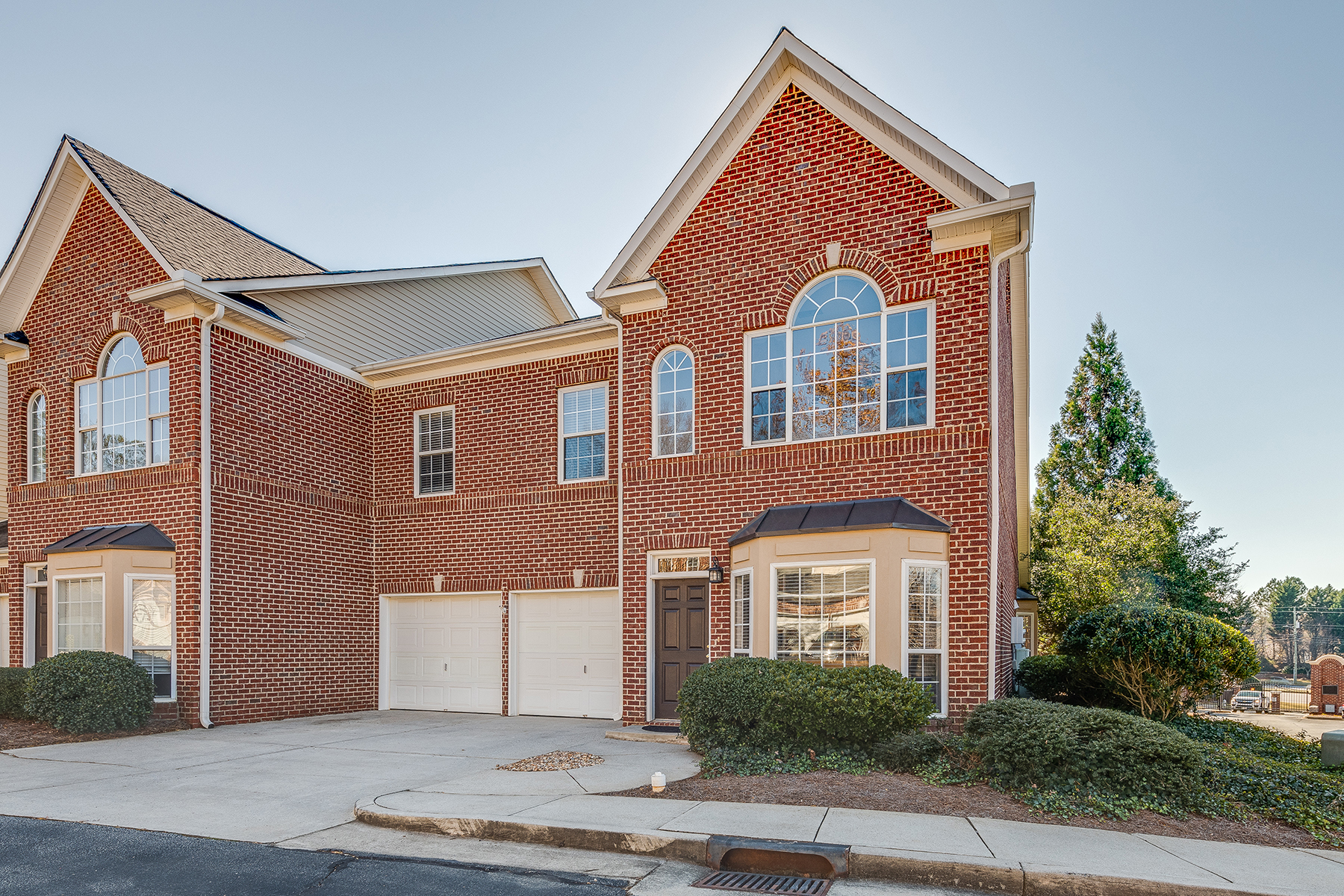 Herenhuis voor Verkoop op This is it! Rare Master on the main Townhome in coveted Sterling Crossville 5000 Lexington Drive Roswell, Georgië 30075 Verenigde Staten