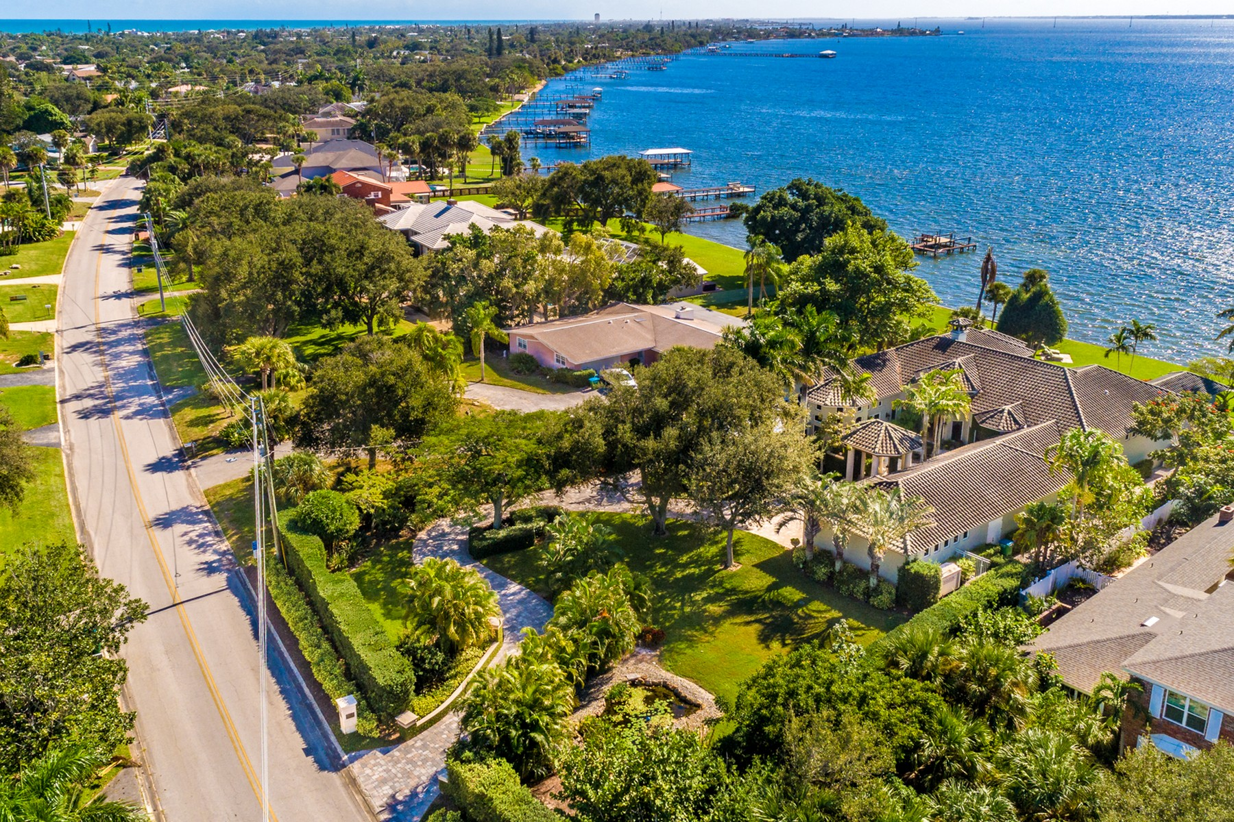 Additional photo for property listing at Spectacular Riverfront Home in Sunset Shores 200 Riverside Drive Melbourne, Florida 32951 United States