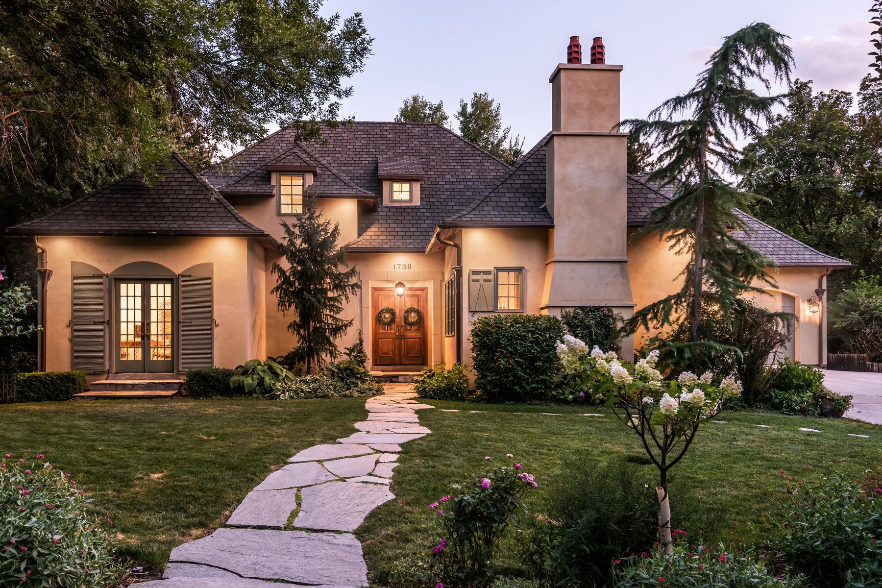 Single Family Homes för Försäljning vid Traditional English Style Two-Story 1736 E Millcreek Way, Millcreek, Utah 84106 Förenta staterna
