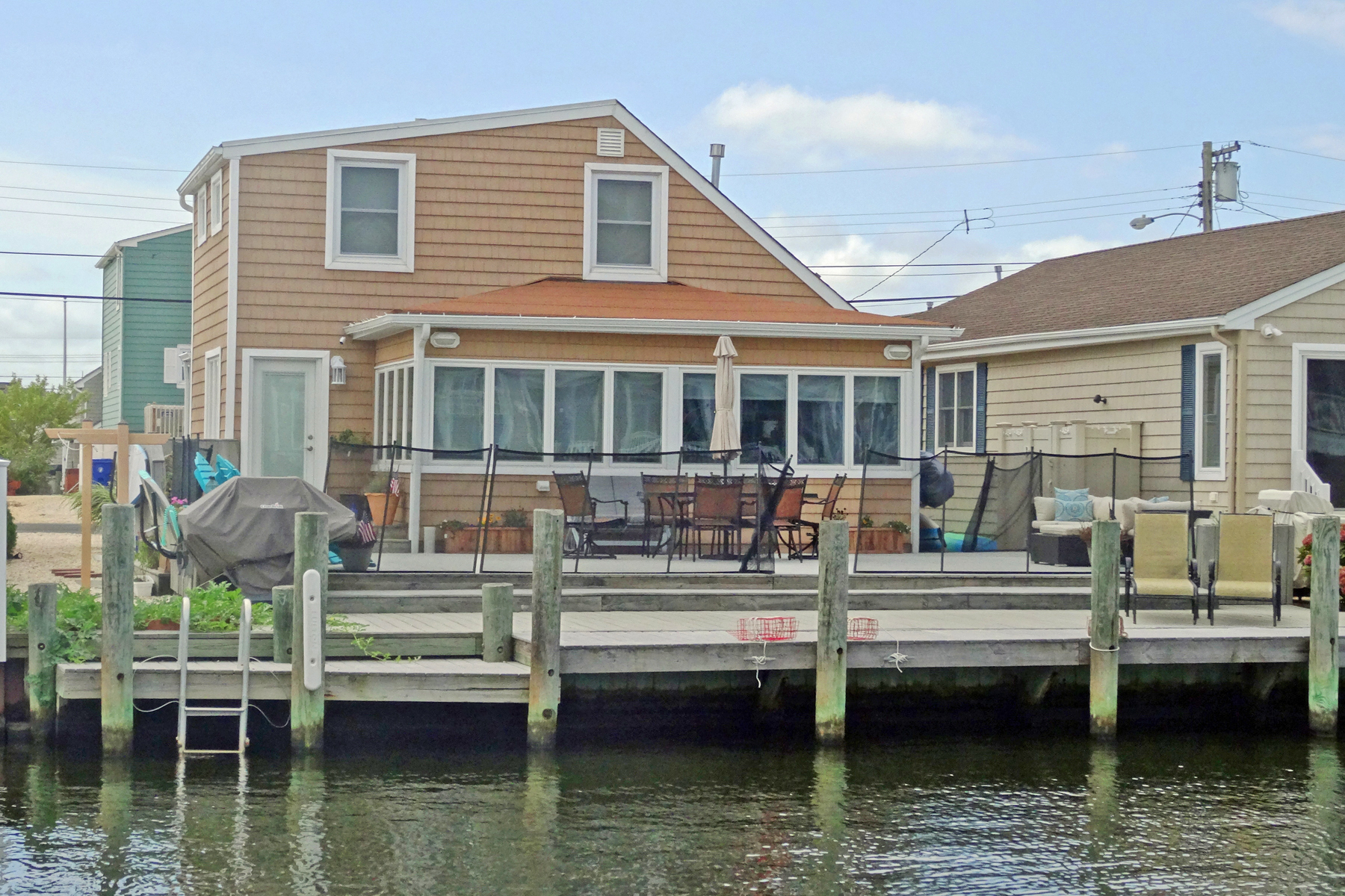 single family homes для того Продажа на Beautiful Newly Renovated Waterfront Home 208 South Court, Lavallette, Нью-Джерси 08735 Соединенные Штаты