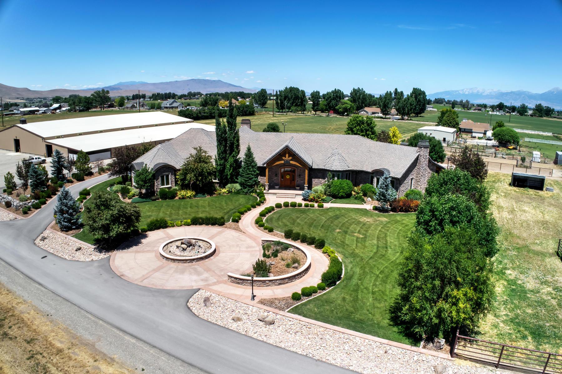 Single Family Homes för Försäljning vid Gorgeous Single Level Home and Horse Property 7702 South 3300 West, Benjamin, Utah 84660 Förenta staterna