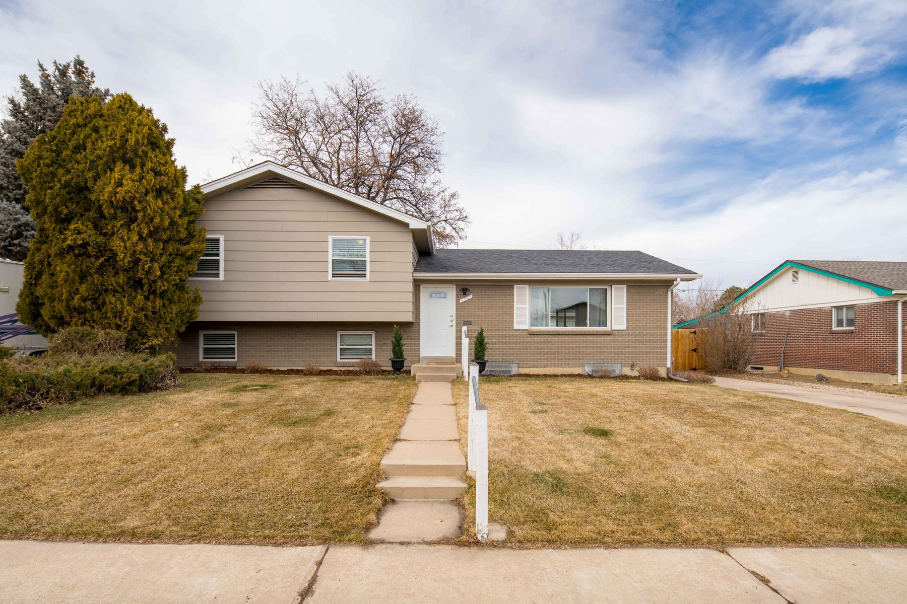 Single Family Homes för Försäljning vid Spring Forward Into Your Impeccably Updated Home Today! 11755 Keough Drive, Northglenn, Colorado 80233 Förenta staterna