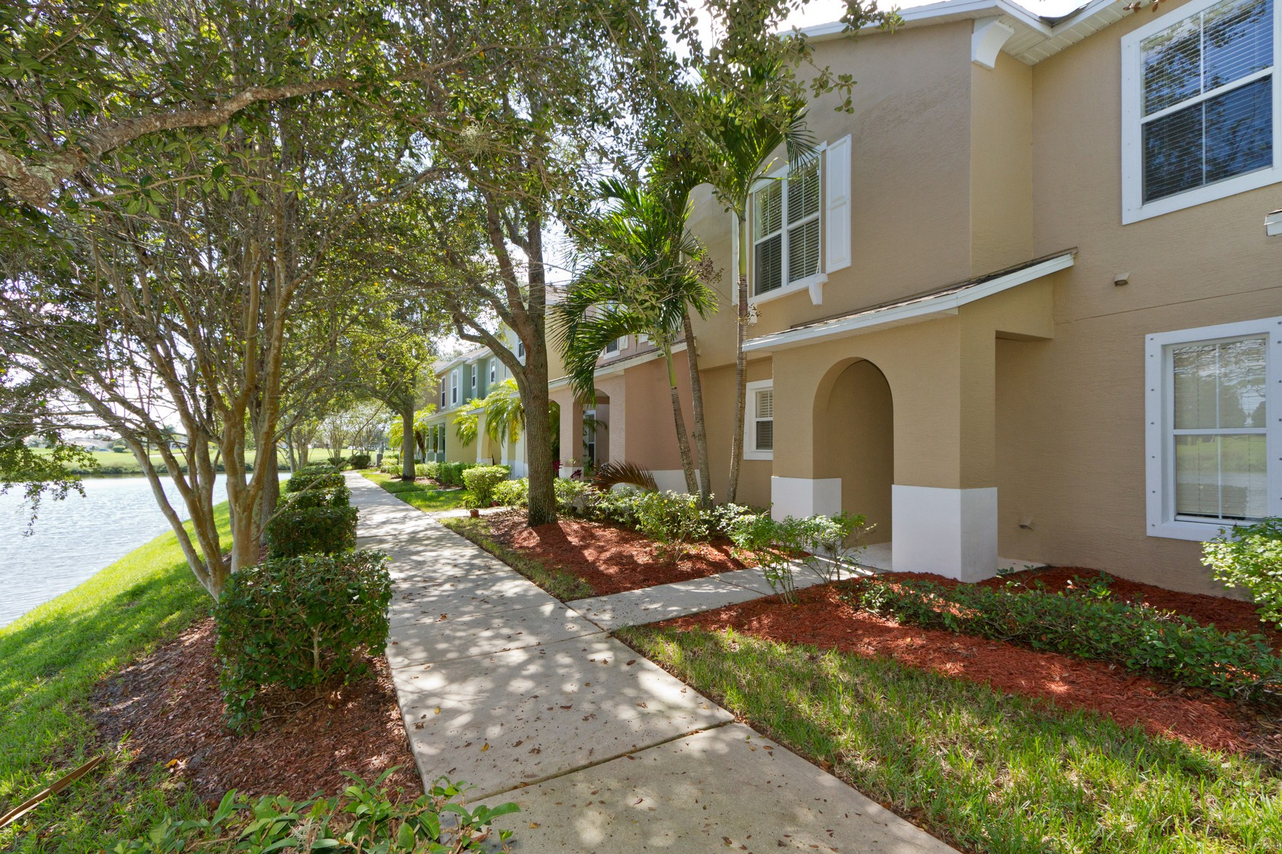 townhouses 용 매매 에 Newly Refreshed Lakefront Two Story Townhome 1582 Birdie Drive Vero Beach, 플로리다 32966 미국